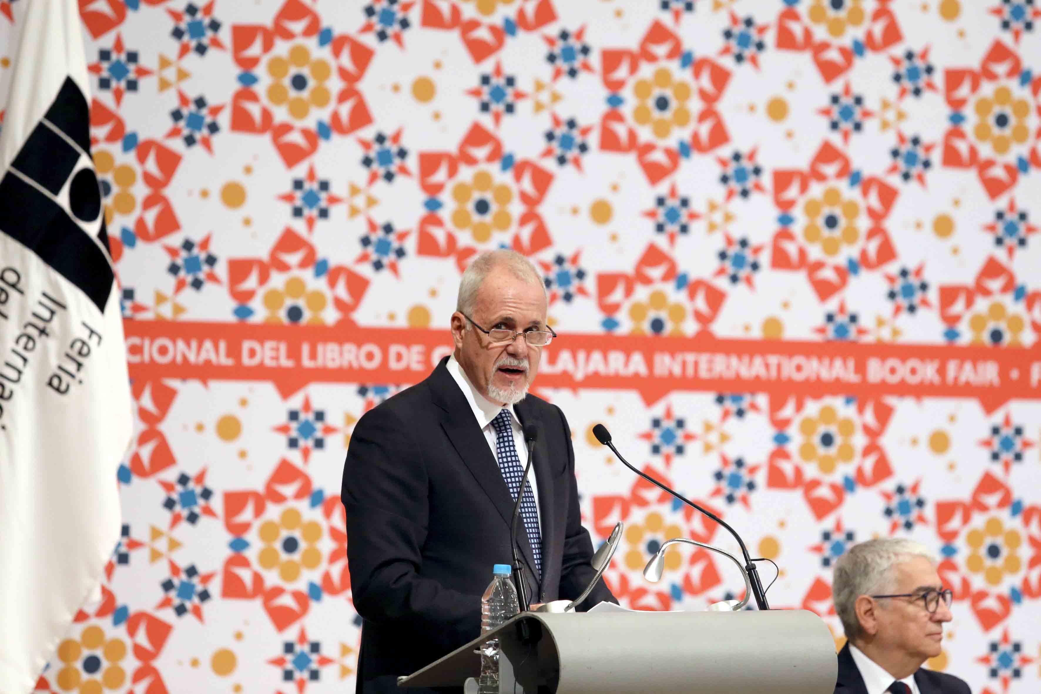 Presidente de la FIL, licenciado Raúl Padilla López, en podium haciendo uso de la palabra durante ceremonia de inaguración de la FIL.