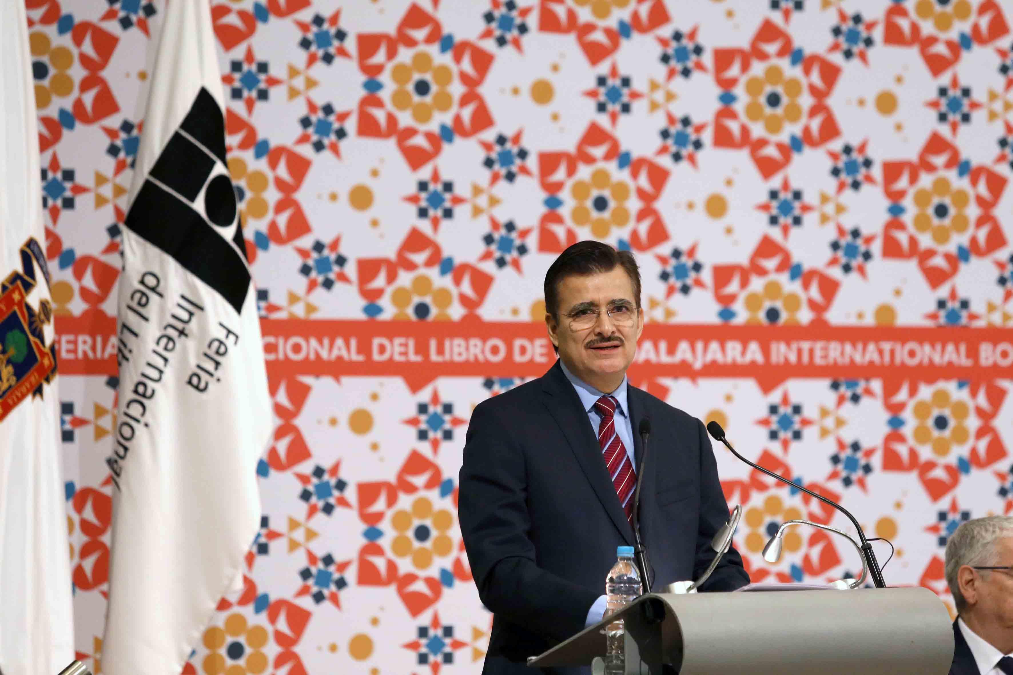 Rector General de la Universidad de Guadalajara (UdeG), maestro Itzcóatl Tonatiuh Bravo Padilla,  en podium haciendo uso de la palabra durante ceremonia de inaguración de la FIL.