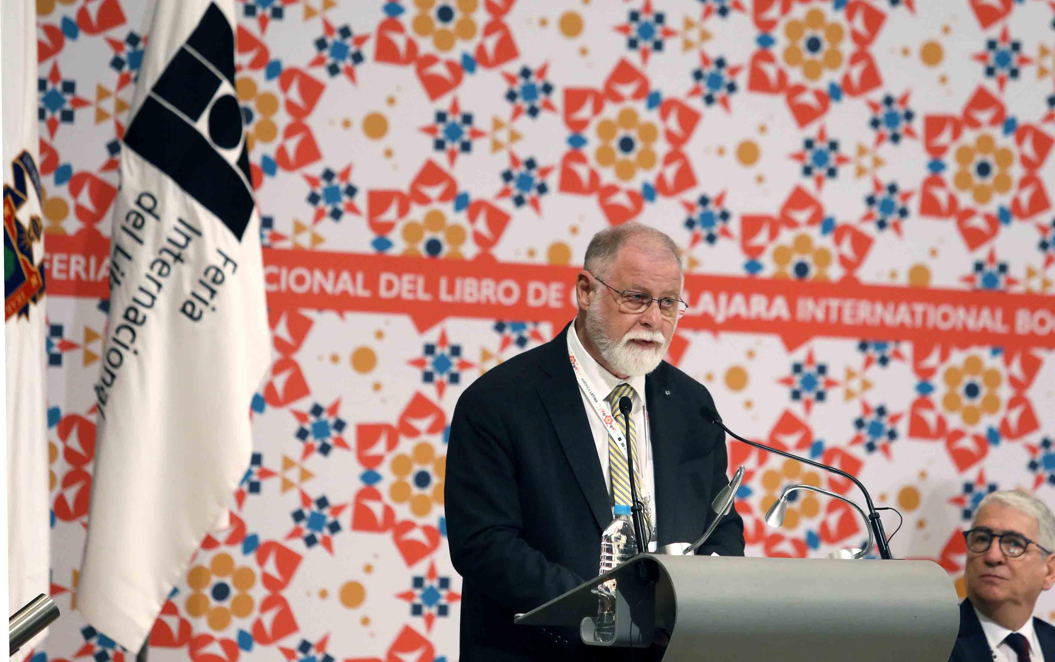 Invitado especial a la ceremonia de inaguración de la FIL, en podium haicendo uso de la palabra.