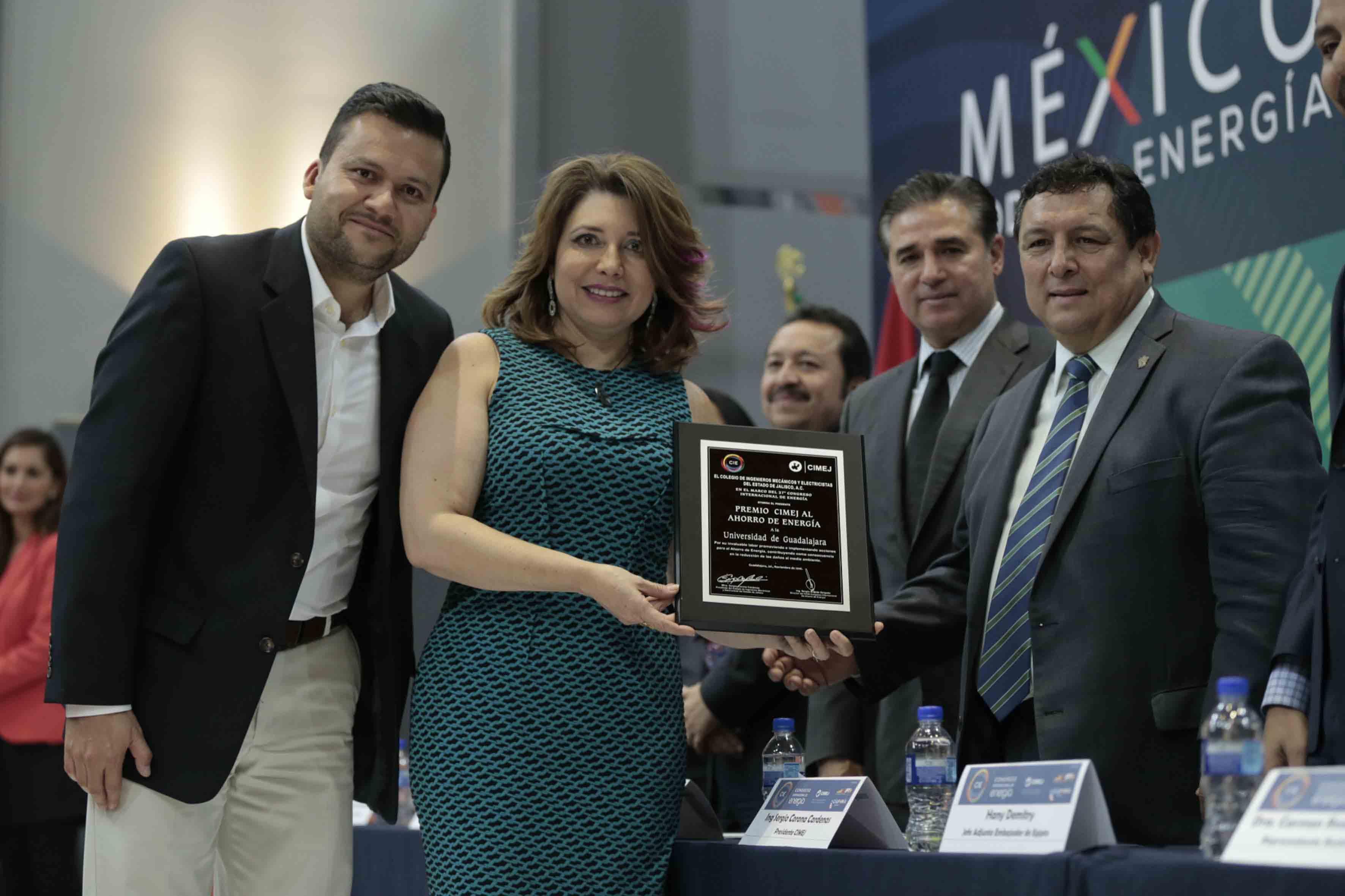 La coordinadora general administrativa de la UdeG, doctora Carmen Enedina Rodríguez Armenta y el coordinador del PUITE, maestro Missael Robles Robles, recibiendo el premio CIMEJ al ahorro de Energía.