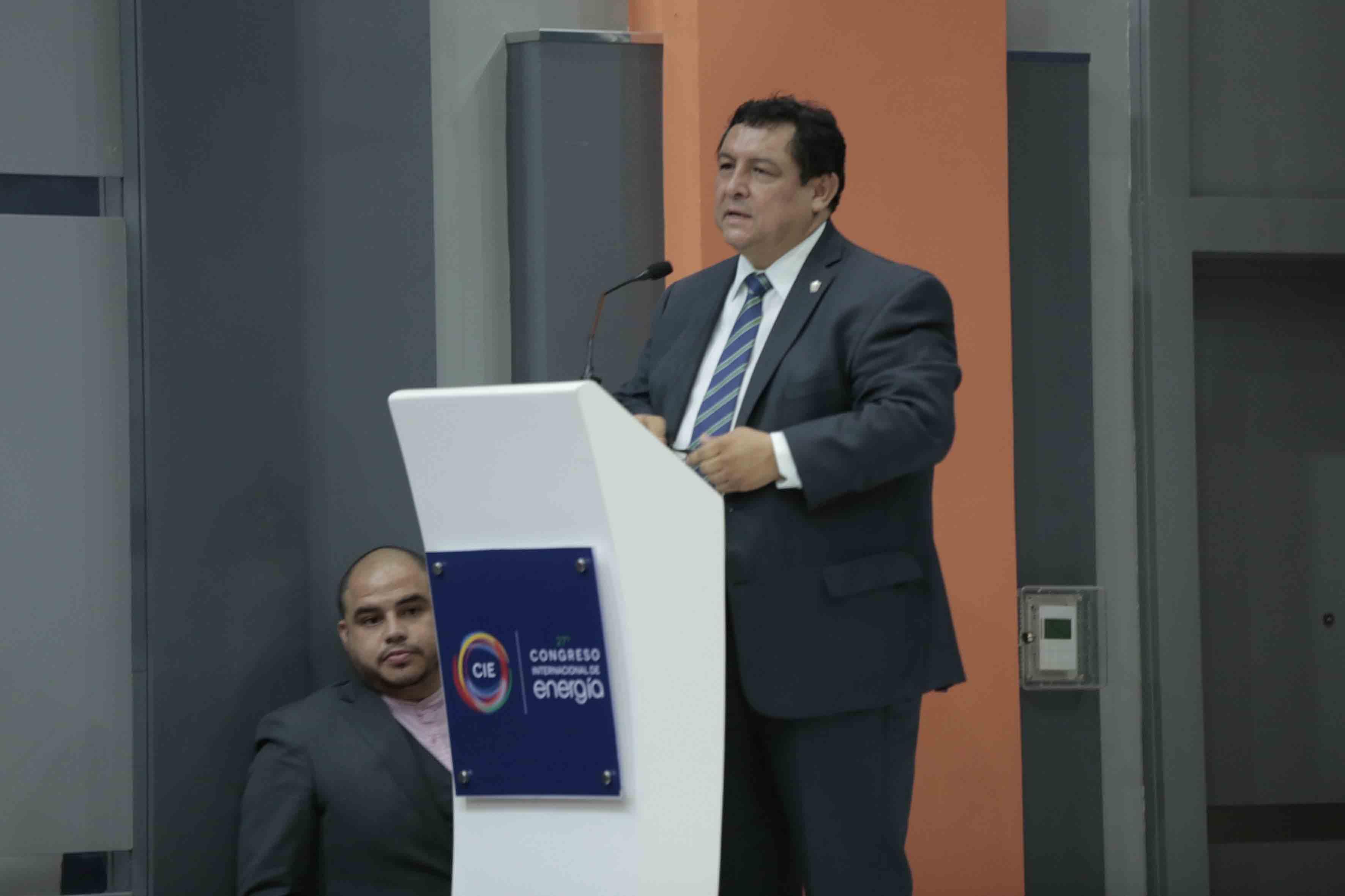 El presidente del Colegio de Ingenieros Mecánicos y Electricistas del Estado de Jalisco (CIMEJ), ingeniero Sergio Corona Cárdenas, en podium haciendo uso de la palabra, durante el 27° Congreso Internacional de Energia.