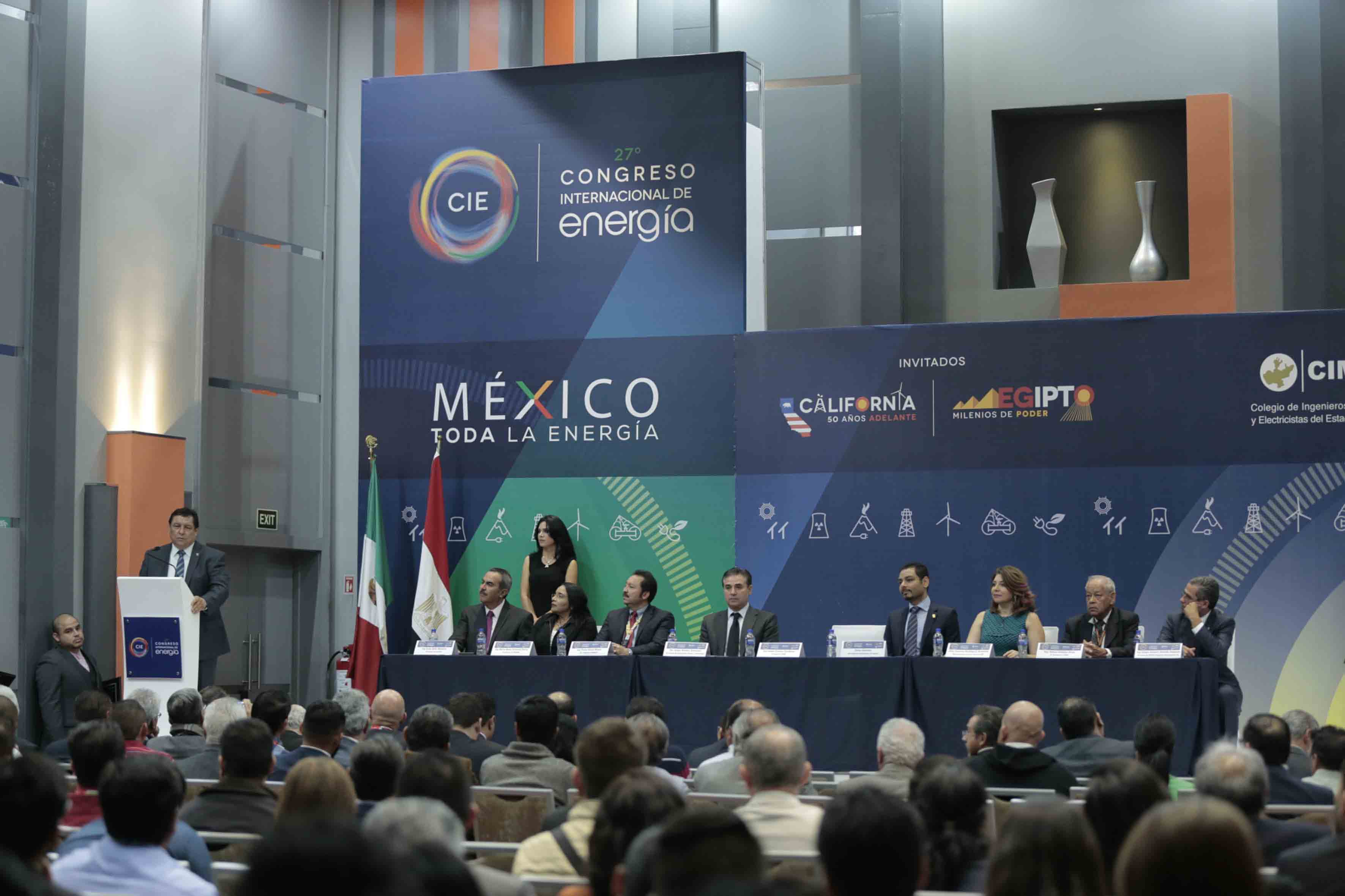 Miembros panelistas asistentes a ceremonia realizada en el marco del XXVII Congreso Internacional de Energía.