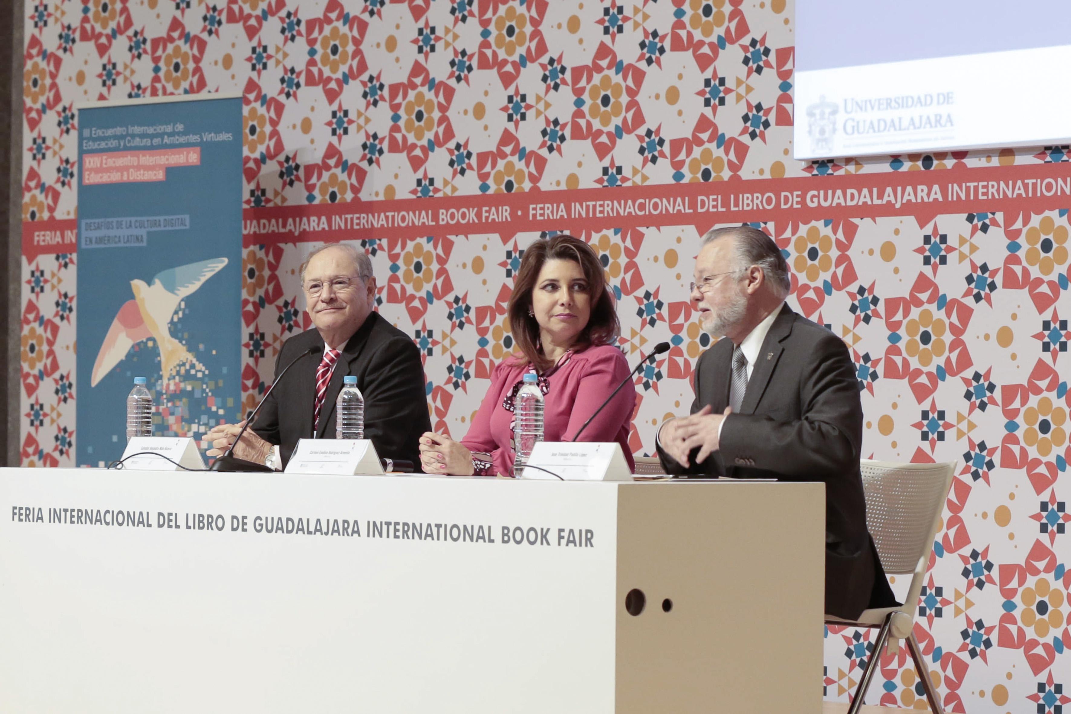 """Miembros participantes en el panel """"Educación y tecnologías de la información"""", durante la FIL 2016."""