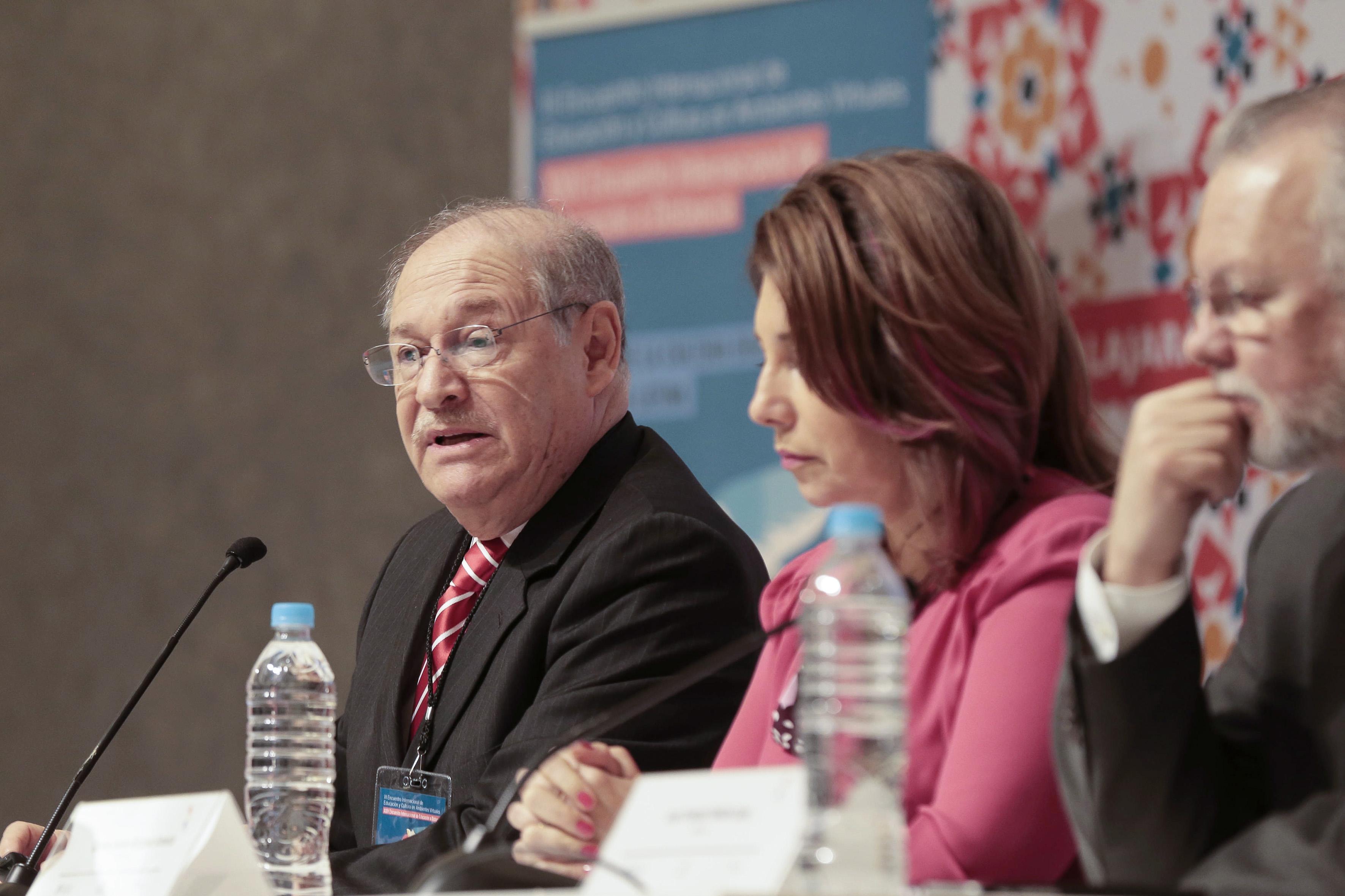 Director general de Educación Superior de la Secretaría de Educación Pública (SEP), doctor Salvador Alejandro Malo Álvarez, con micrófono en mesa del panel, haciendo uso de la palabra.