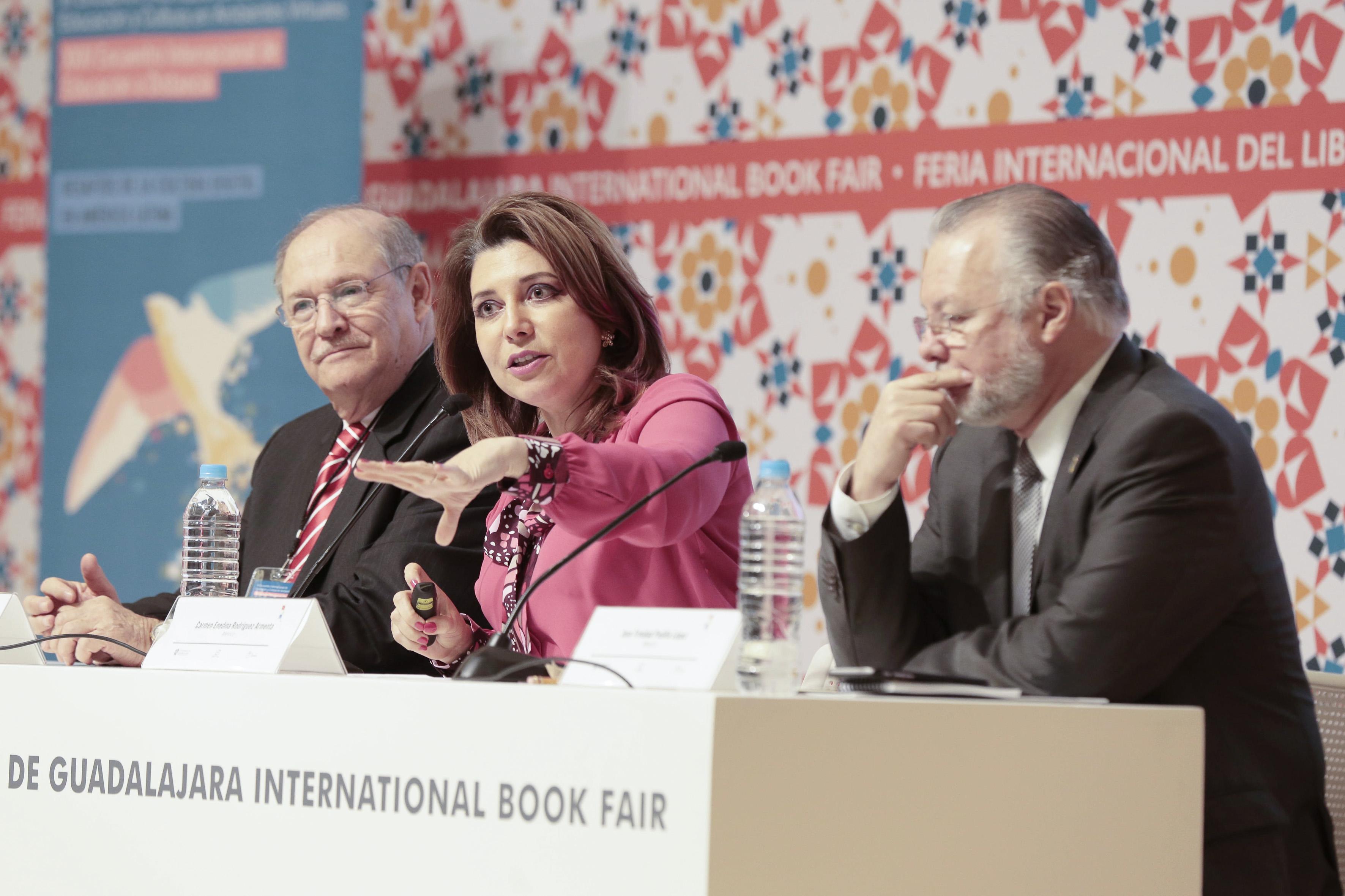 Titular de la Coordinación General Administrativa de la Universidad de Guadalajara, doctora Carmen Enedina Rodríguez Armenta, con micrófono en mesa del panel, haciendo uso de la palabra.