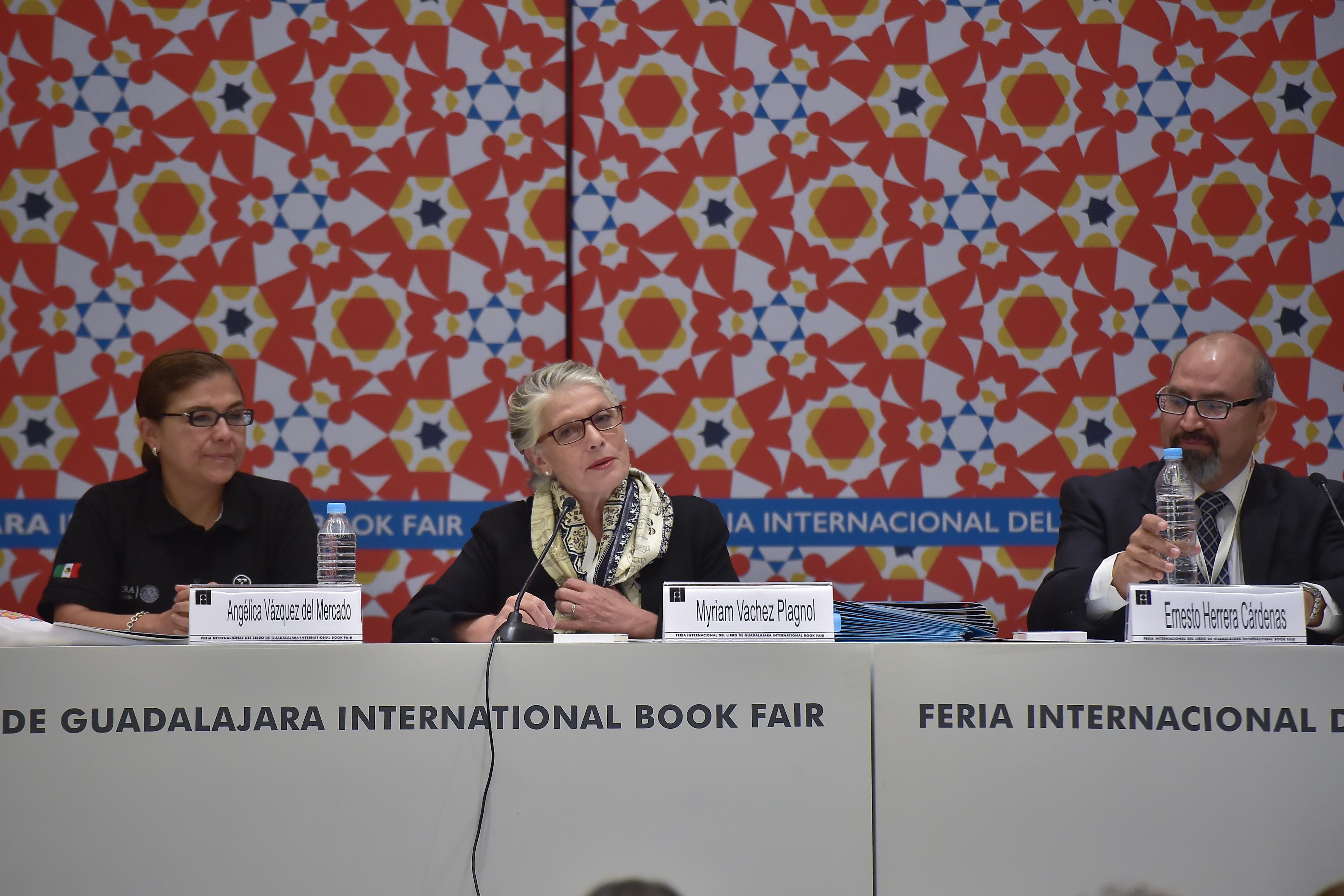 Doctora Myriam Vachez Plagnol, secretaria de Cultura de Jalisco, con micrófono en mesa del panel, haciendo uso de la palabra.