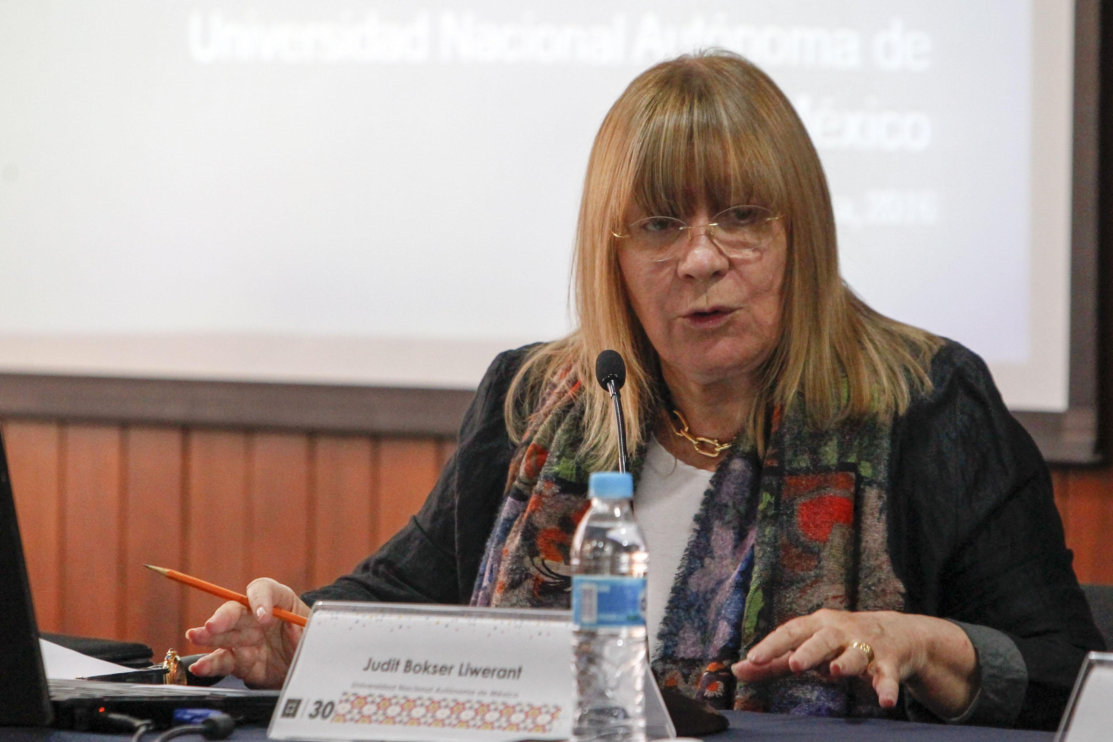 Doctora en ciencia política, Judit Bösker Liwerant, hablando frente a microfono