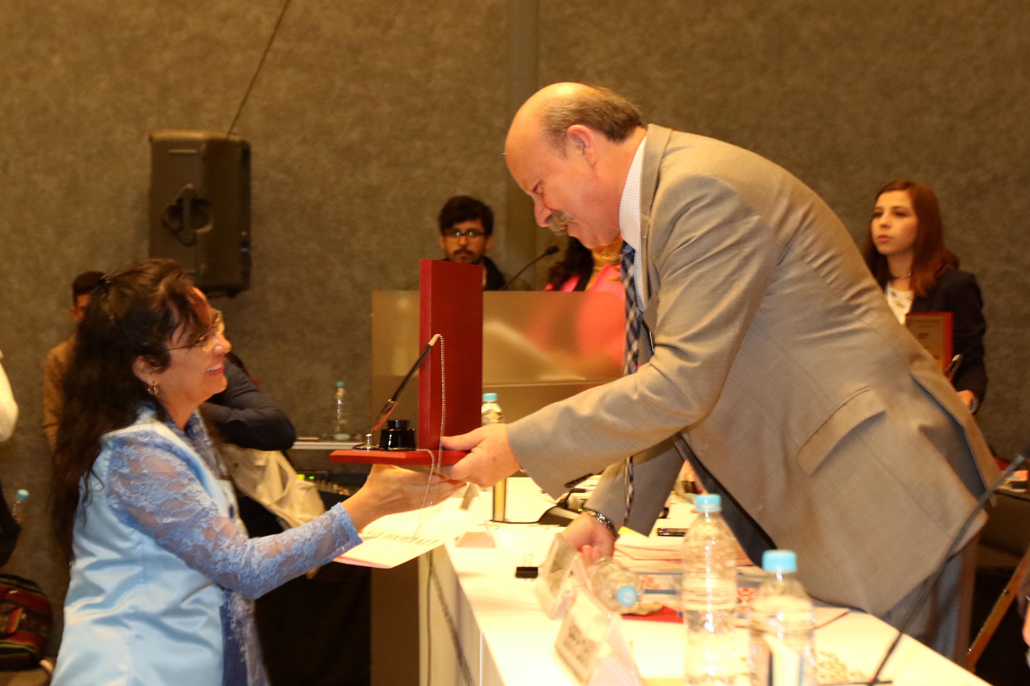 Director general del SEMS, maestro Javier Espinoza de los Monteros Cárdenas, felicitando a organizador del concurso.