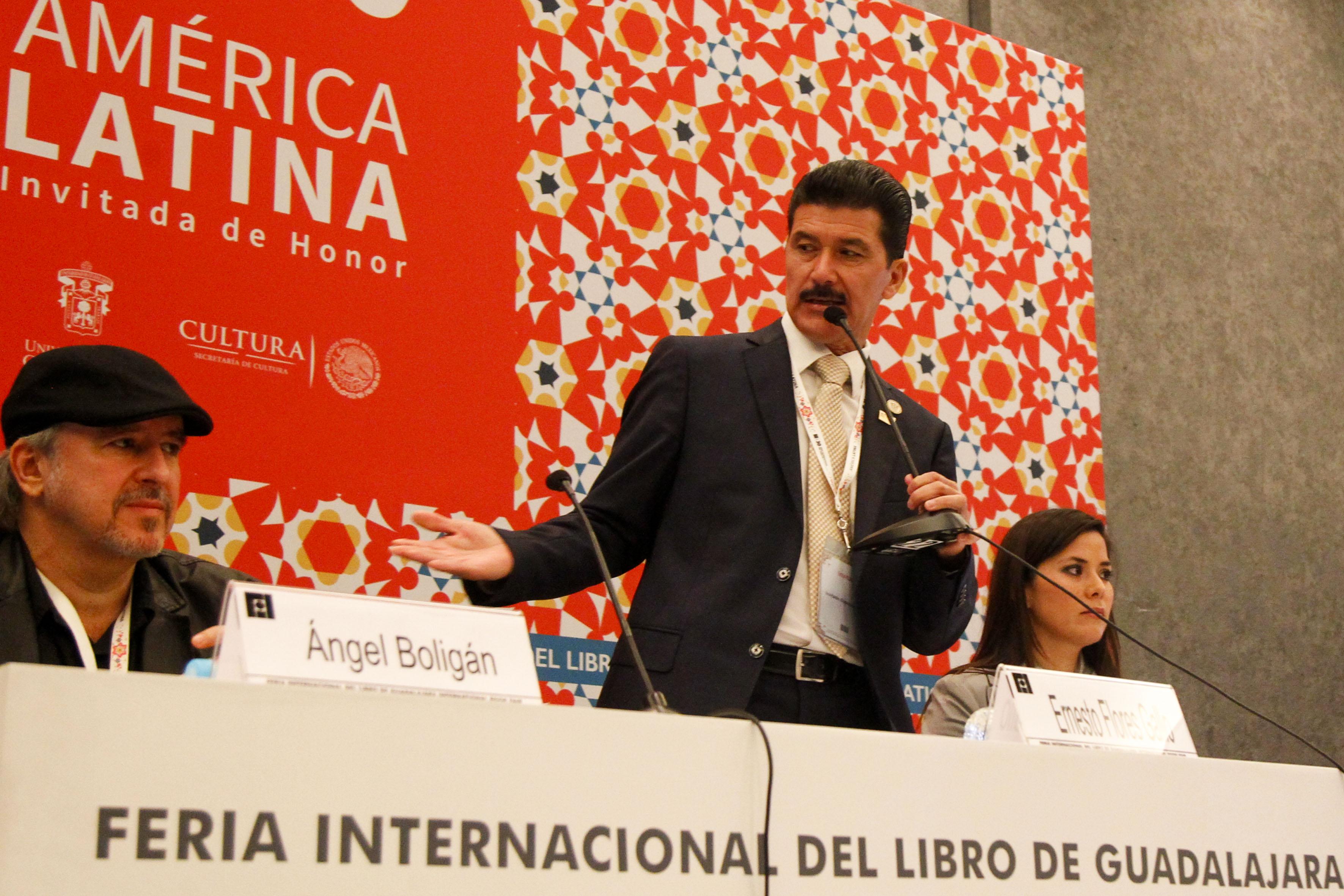 Rector del CUAAD, maestro Ernesto Flores Gallo con micrófono en mano, haciendo uso de la palabra.