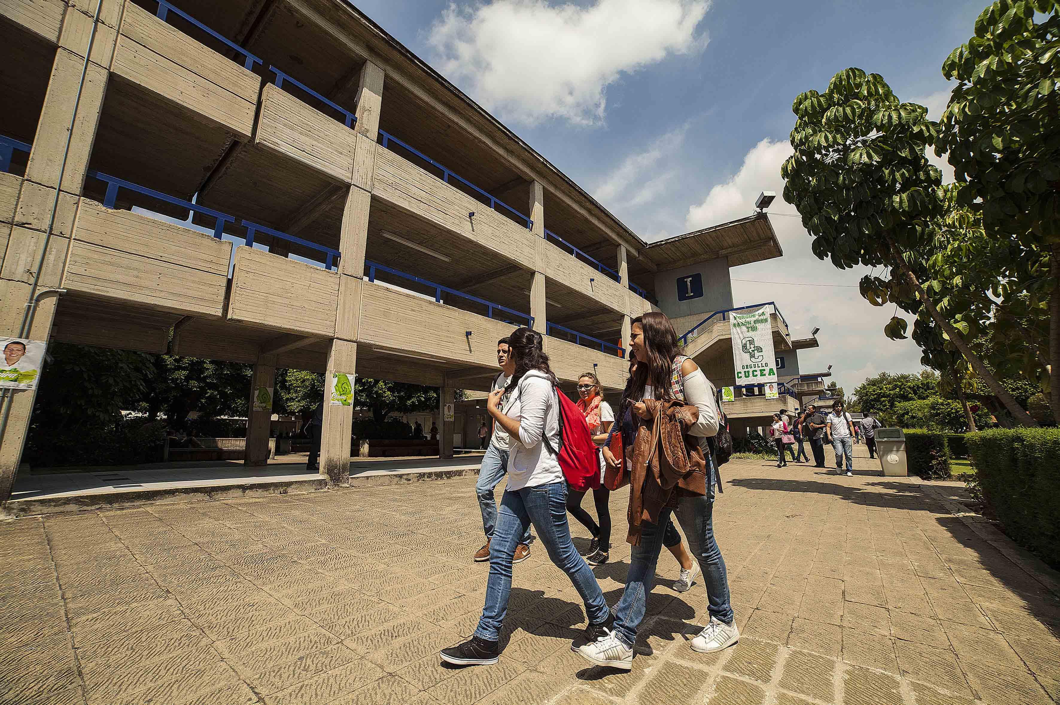 Estudiantes caminando por instalaciones universitarias