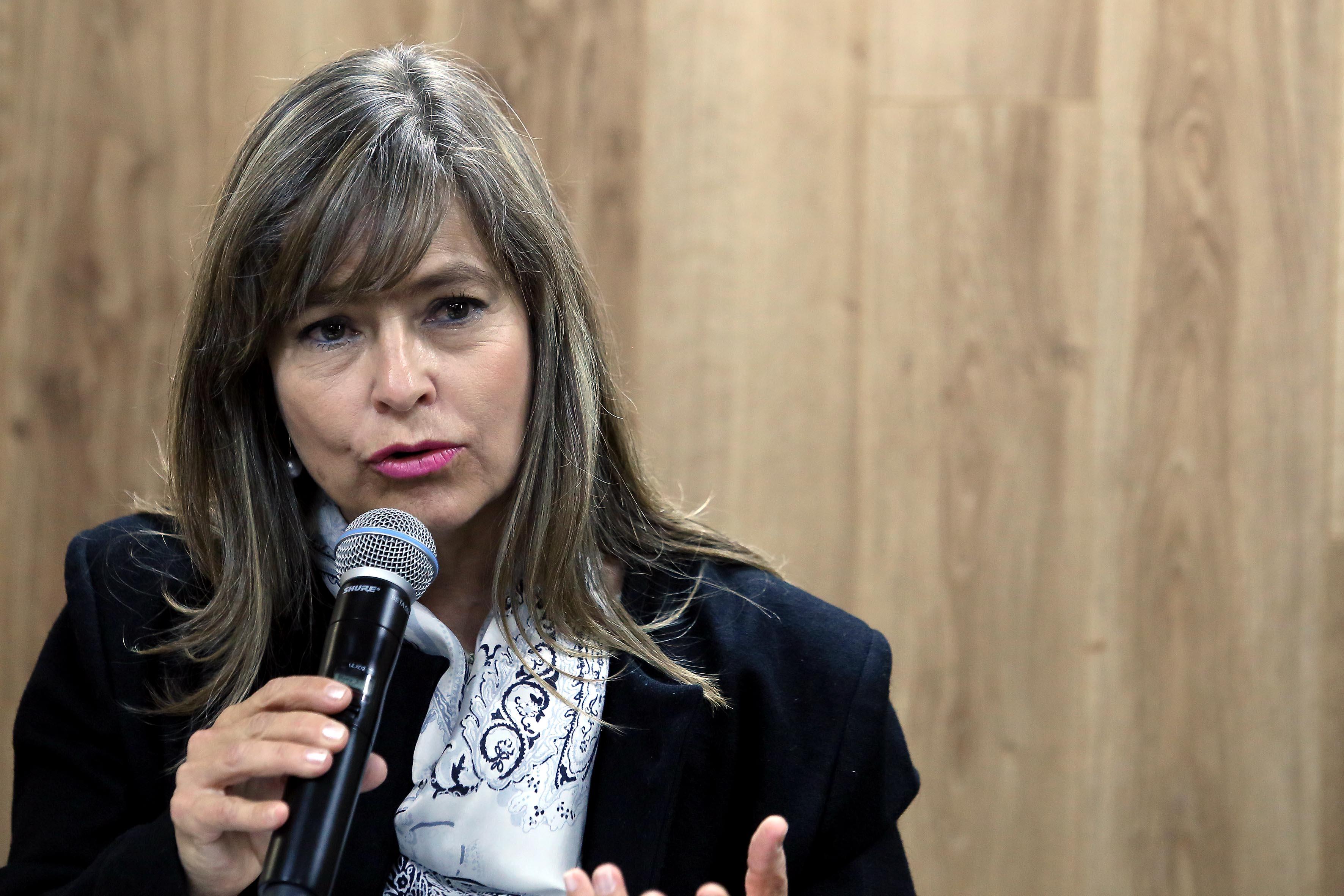 Frente al micrófono la arquitecta Ángela Siqueiros Salnomir, directora de la Escuela Superior de Arquitectura (Esarq)