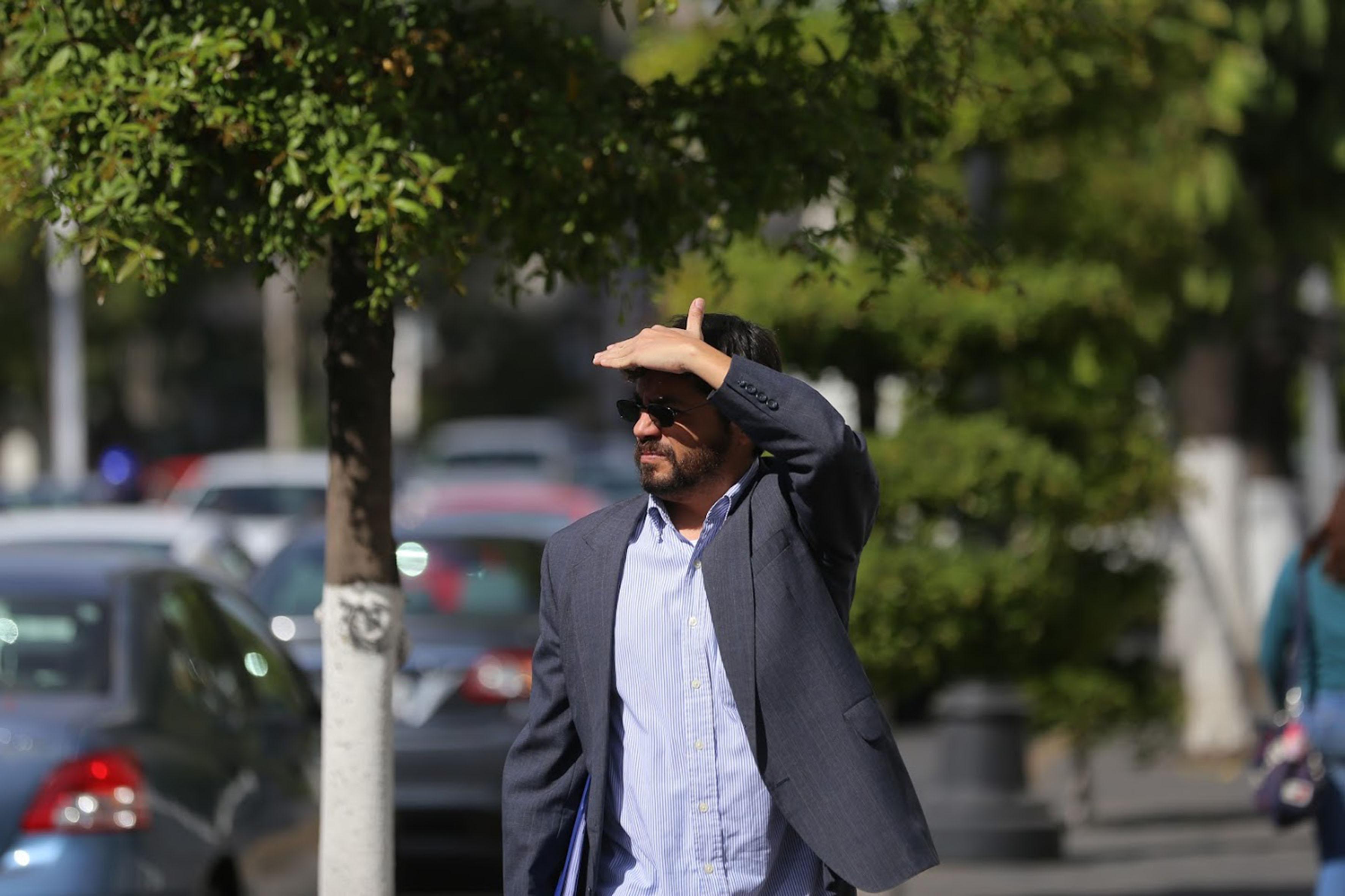 Hombre con la mano en la frente, cubriéndose del sol