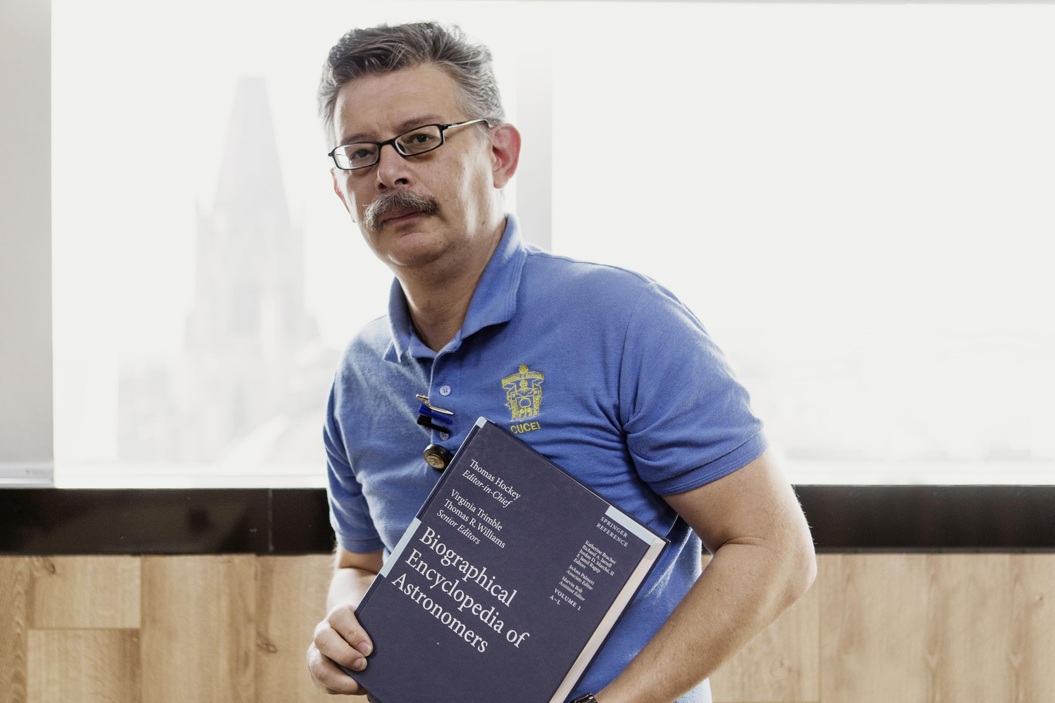 Con su ejemplar en la mano, el  físico Durruty Jesús de Alba Martínez,