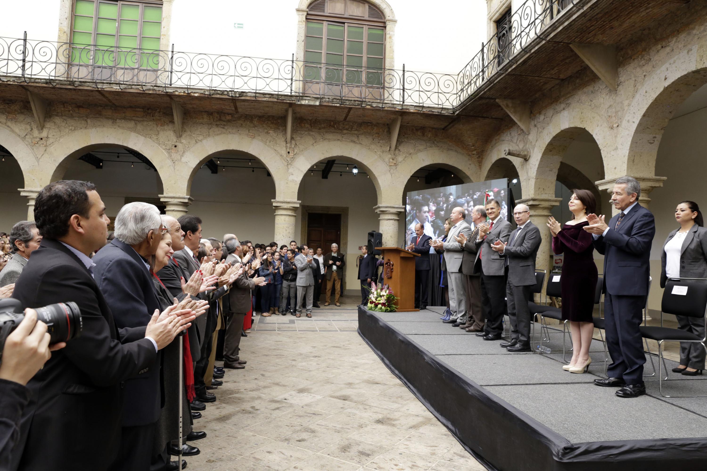 Autoridades de la Universidad de Guadalajara, alumnos, egresados y exdirectores de la Preparatoria de Jalisco, participando en la ceremonia.