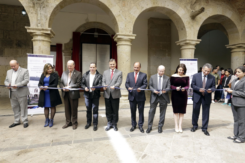 Autoridades de la Universidad de Guadalajara y exdirectores de la Preparatoria de Jalisco, cortando el listón inaugural.