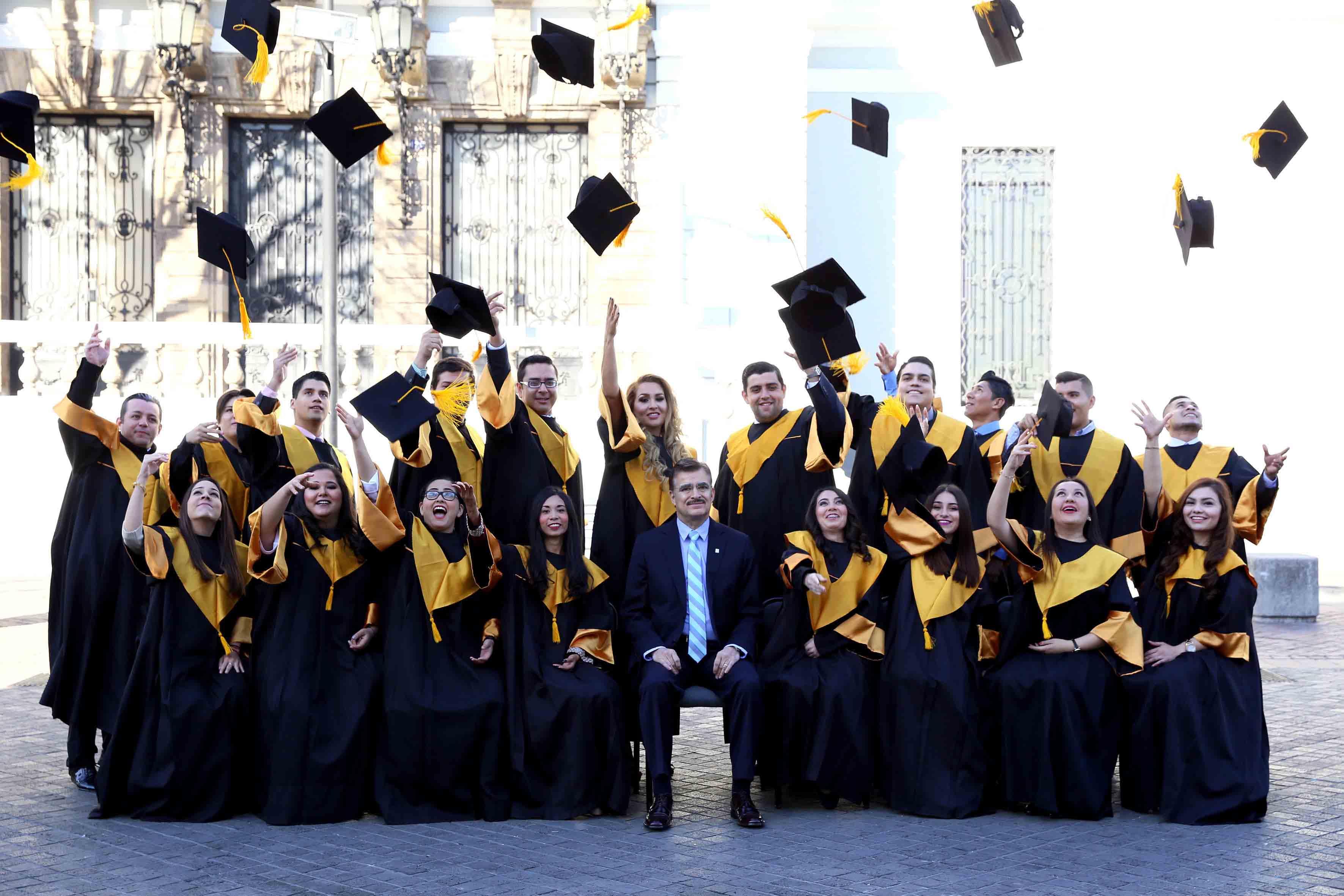 Estudiantes egresados de la carrera de Estudios Políticos y Gobierno; tirando el birrrete al aire en símbolo de término ante el padrino de su generación, maestro Itzcóatl Tonatiuh Bravo Padilla, Rector General de la Universidad de Guadalajara.