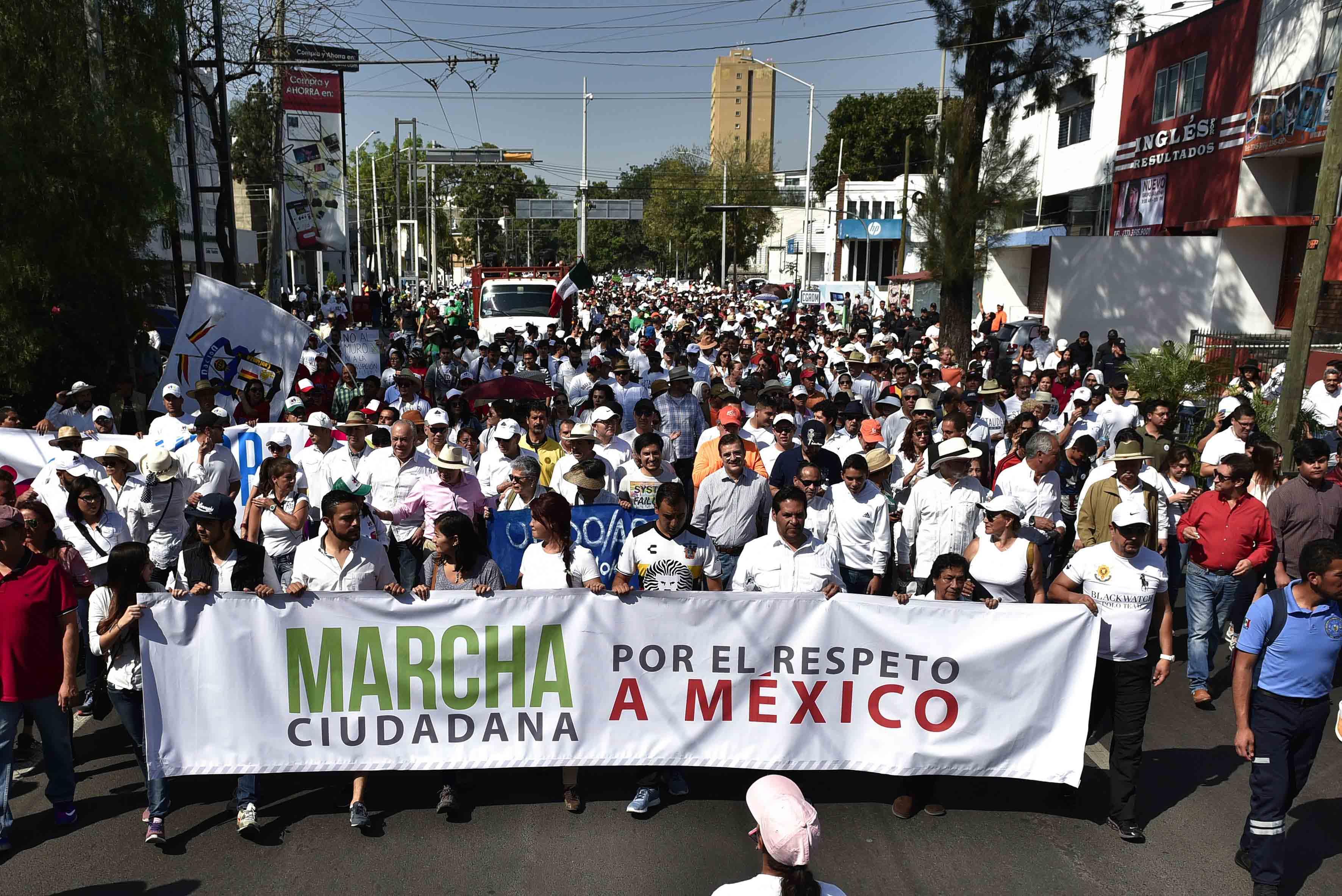 Estudiantes, académicos y directivos de la Universidad de Guadalajara (UdeG),  salieron a las calles a protestar en contra de los embates a México orquestados por el nuevo presidente de Estados Unidos, Donald Trump,