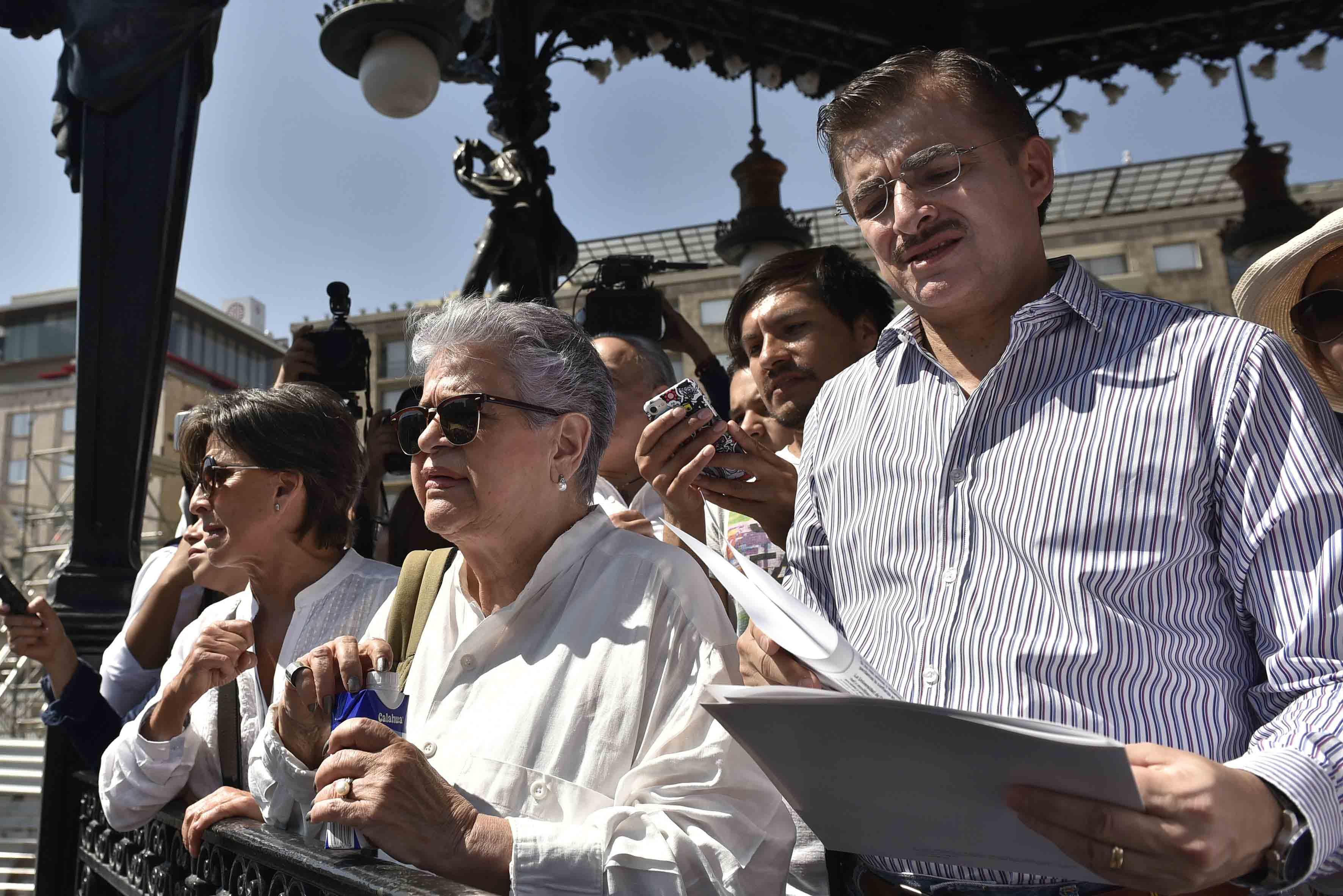 Rector General de la UdeG, maestro Itzcóatl Tonatiuh Bravo Padilla. participando en la marcha contra de los embates a México orquestados por el nuevo presidente de Estados Unidos, Donald Trump,