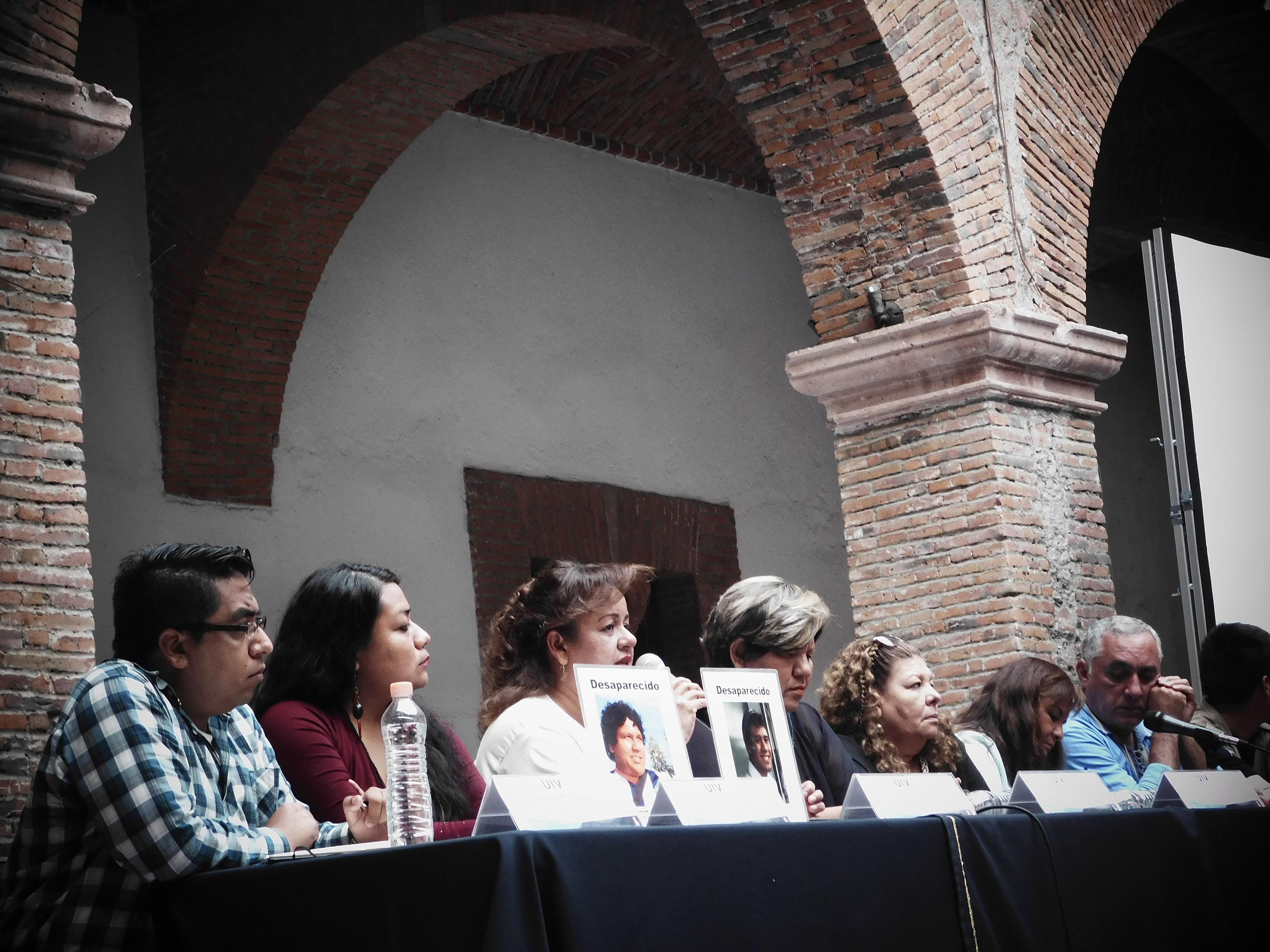 """Familiares de desaparecidos en Jalisco y Guerrero, participando en conversatorio, en el marco del """"Seminario de desaparición forzada: un crimen de lesa humanidad""""."""