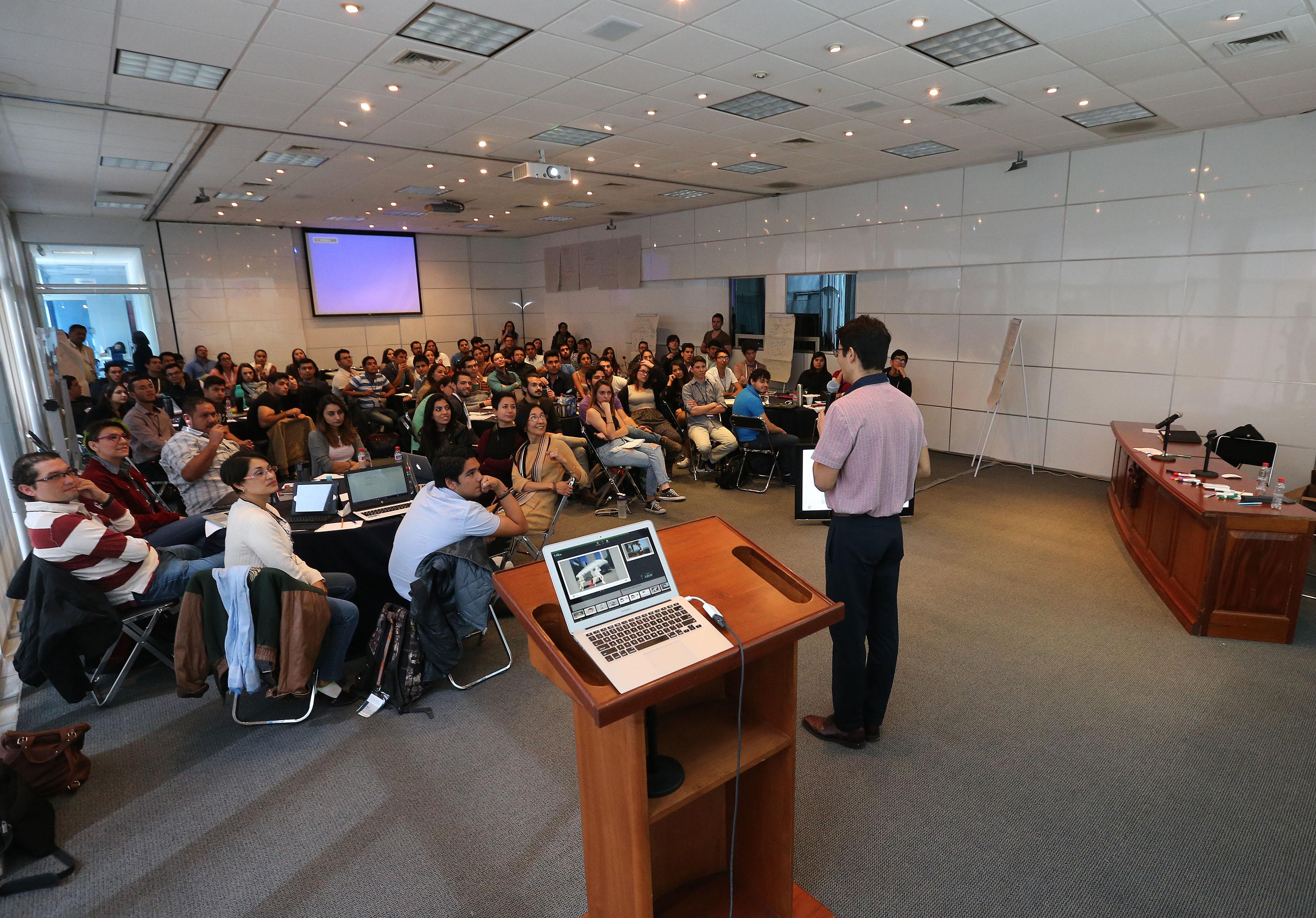 Vista panorámica de los asitentes y mentor, durante la impartición del taller.