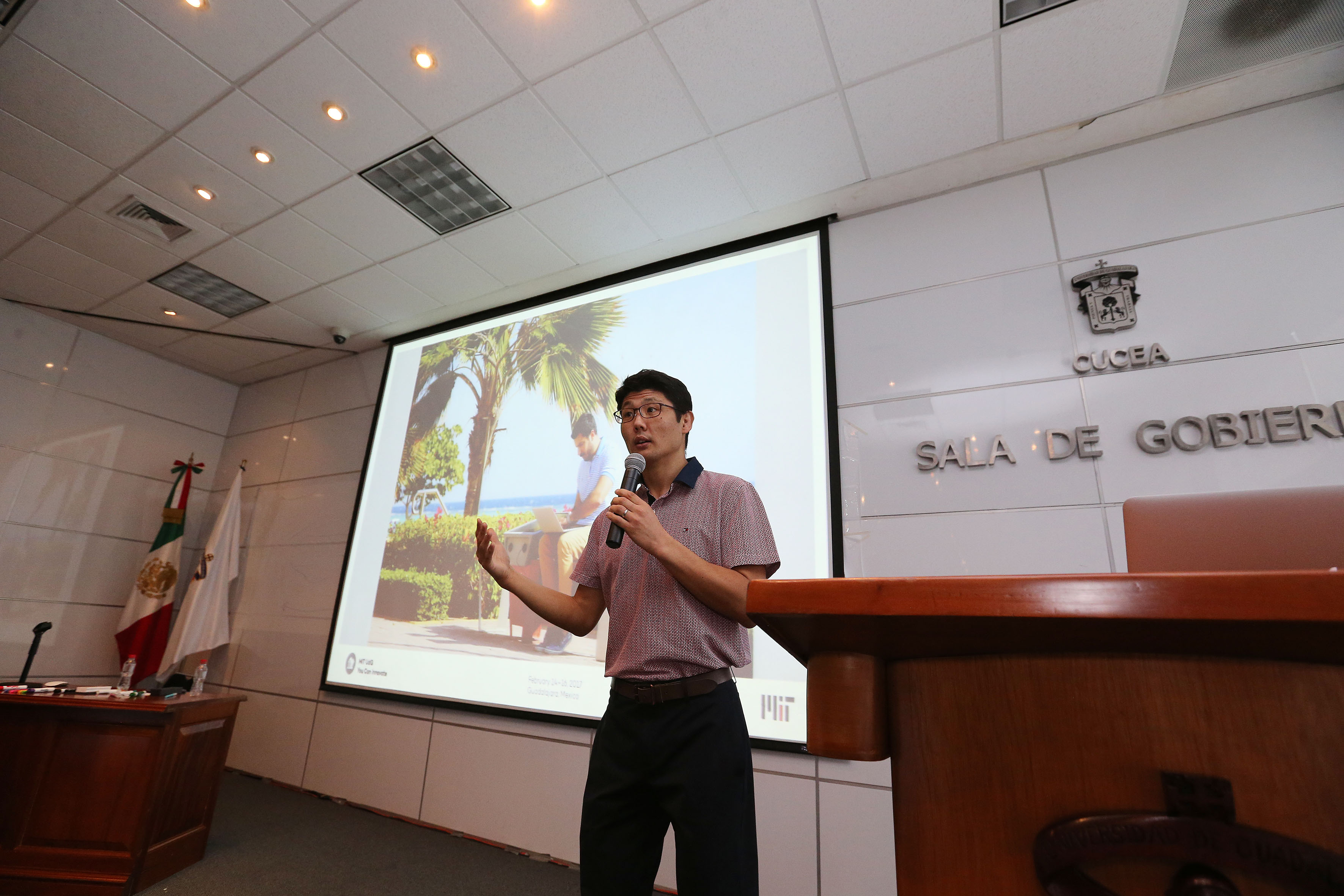 """Doctor Brian Subirana, director del Laboratorio Auto-ID del MIT, impartiendo el taller  """"You can innovate"""", en instalaciones de la Sala de Gobierno del CUCEA."""