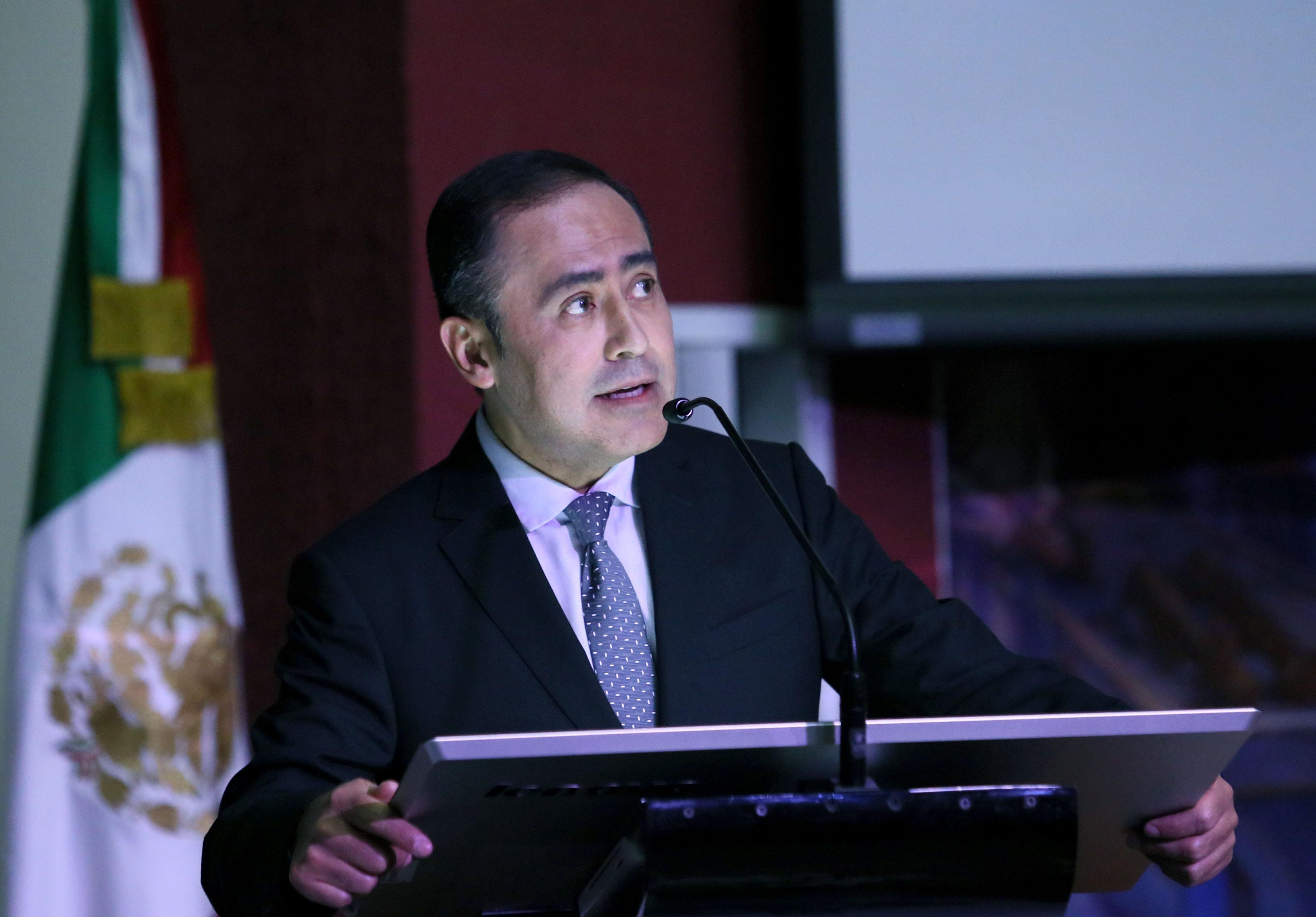 Doctor Jaime Federico Andrade Villanueva, Rector del CUCS, en podium del auditorio del centro universitario, haciendo uso de la palabra.