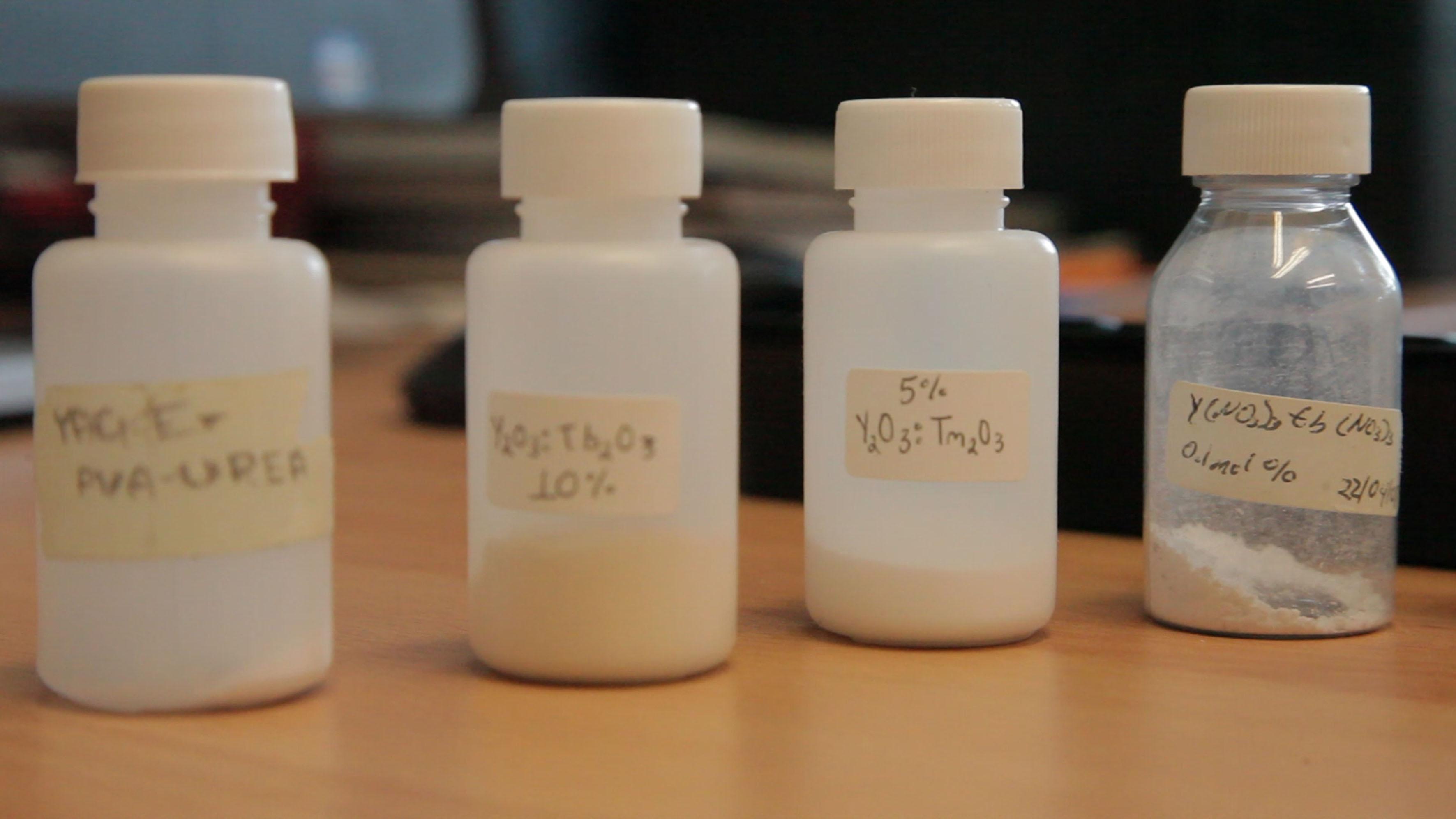 Recipientes con diferentes muestras de nanopartículas sintéticas de hidroxiapatita.