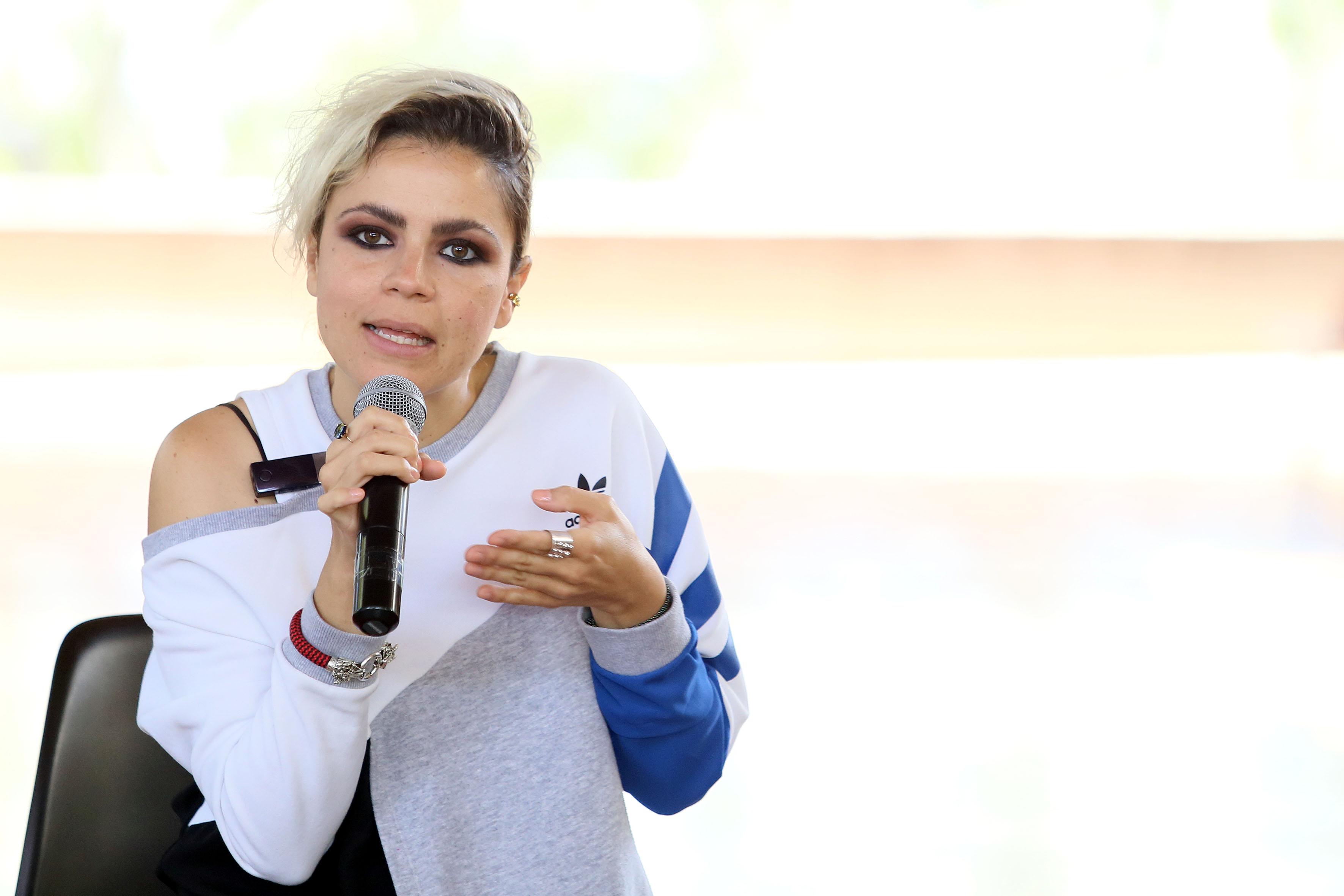 Miriam Villaseñor del colectivo indocumentados y con micrófono en mano, haciendo uso de la palabra.
