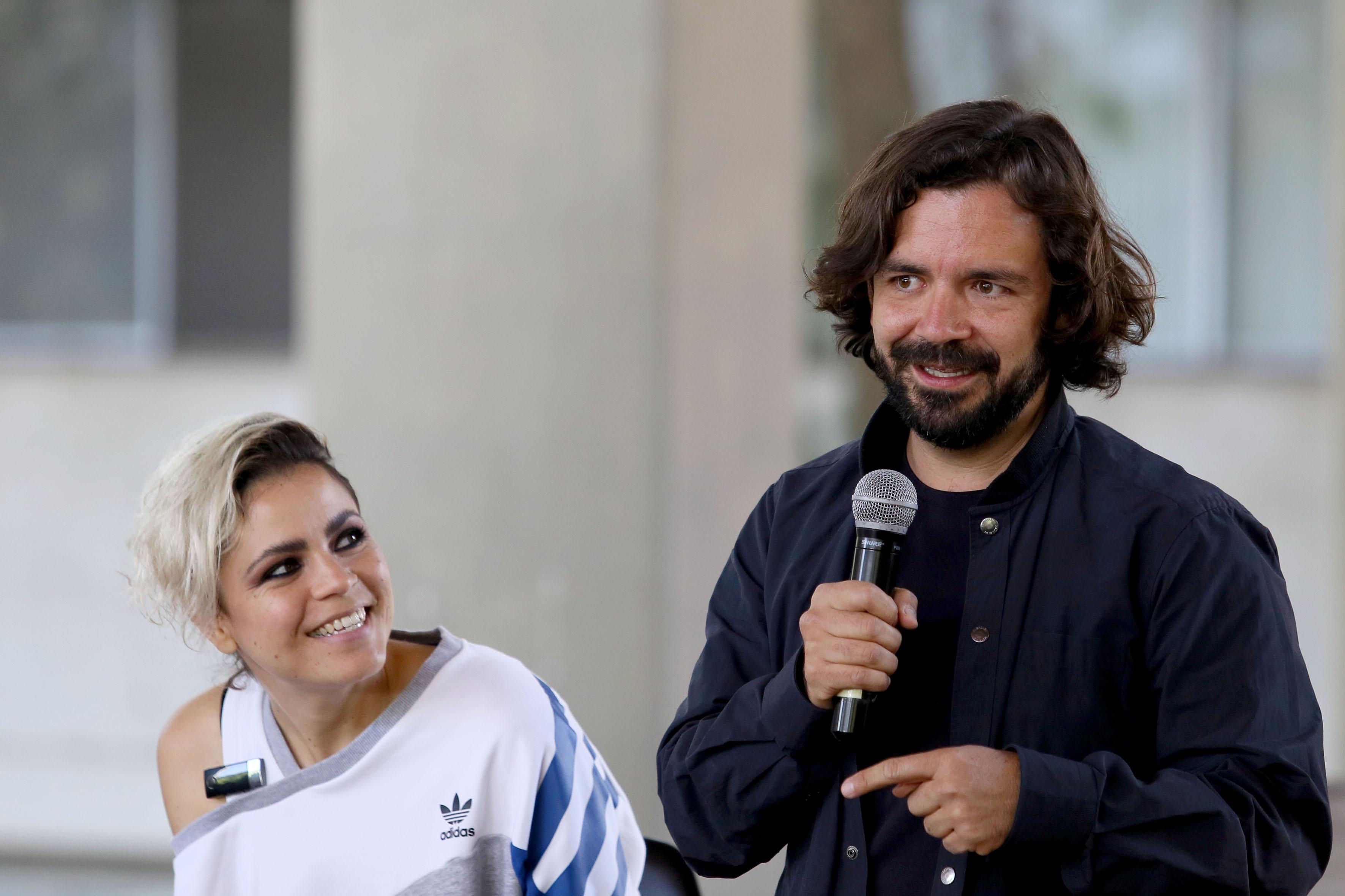 Alejandro Serratos del colectivo indocumentados y con micrófono en mano, haciendo uso de la palabra.