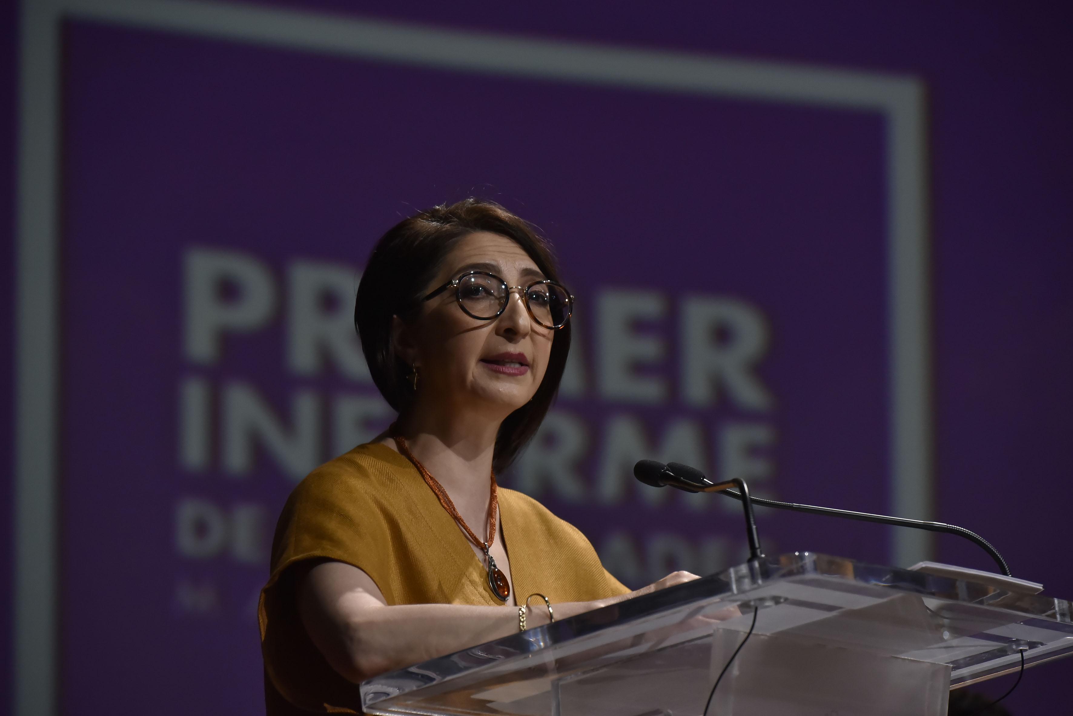 Doctora Mara Robles Villaseñor, Rectora de CUALTOS, en podium del auditorio, haciendo uso de la palabra.