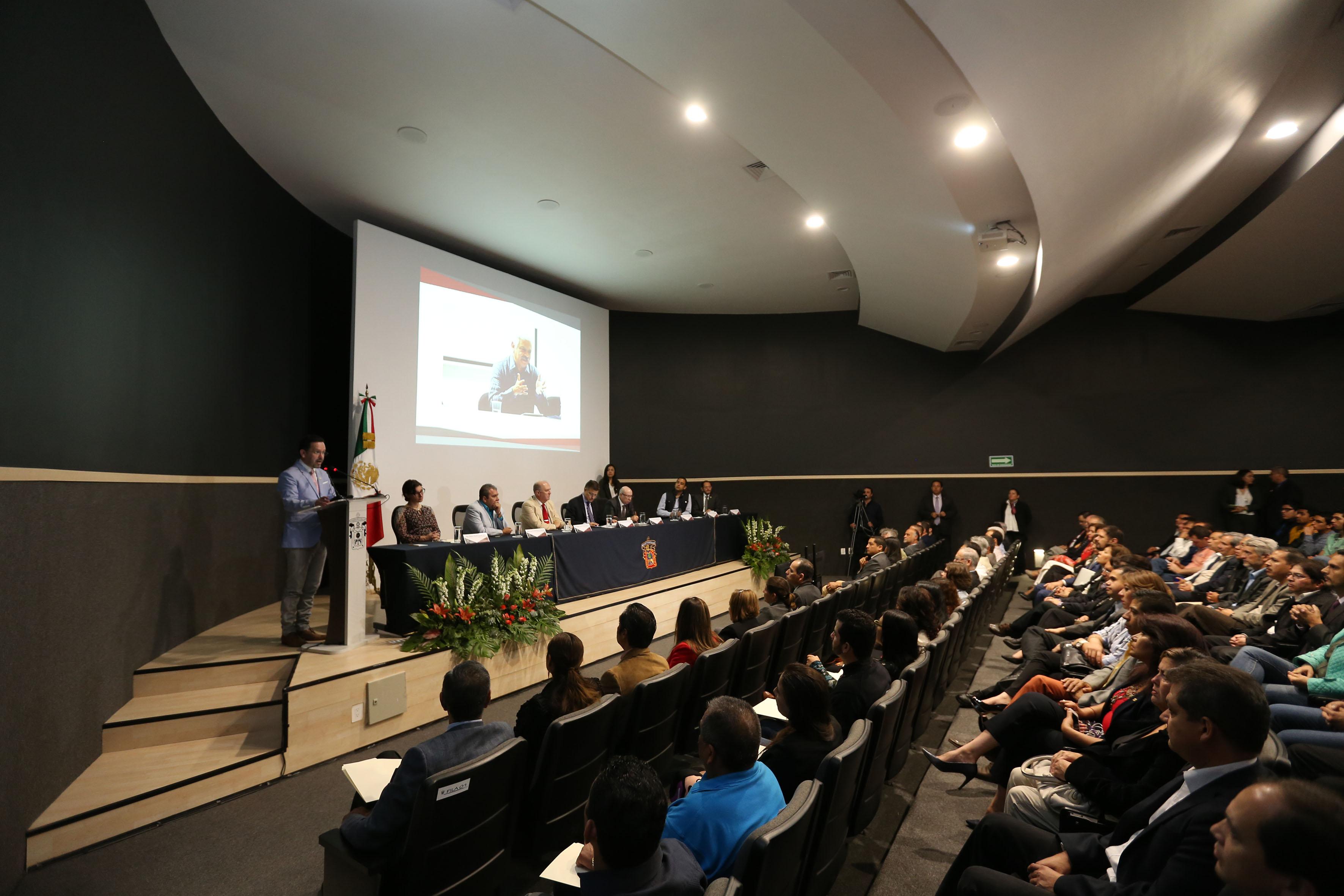 Publico asistente al informe de actividades del Rector del CULagos  doctor Aristarco Regalado Pinedo