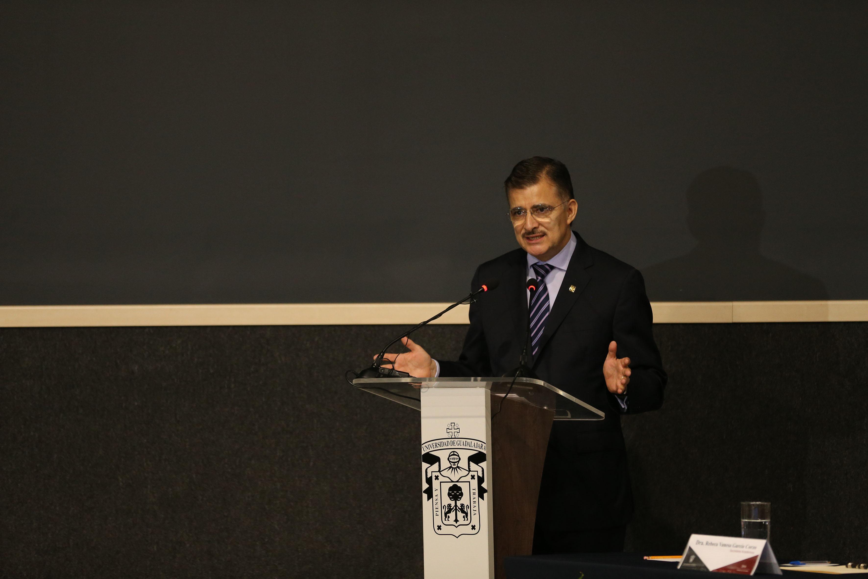 Rector General de la UdeG, maestro Itzcóatl Tonatiuh Bravo Padilla participando en el informe de actividades del rector del CULagos  doctor Aristarco Regalado Pinedo