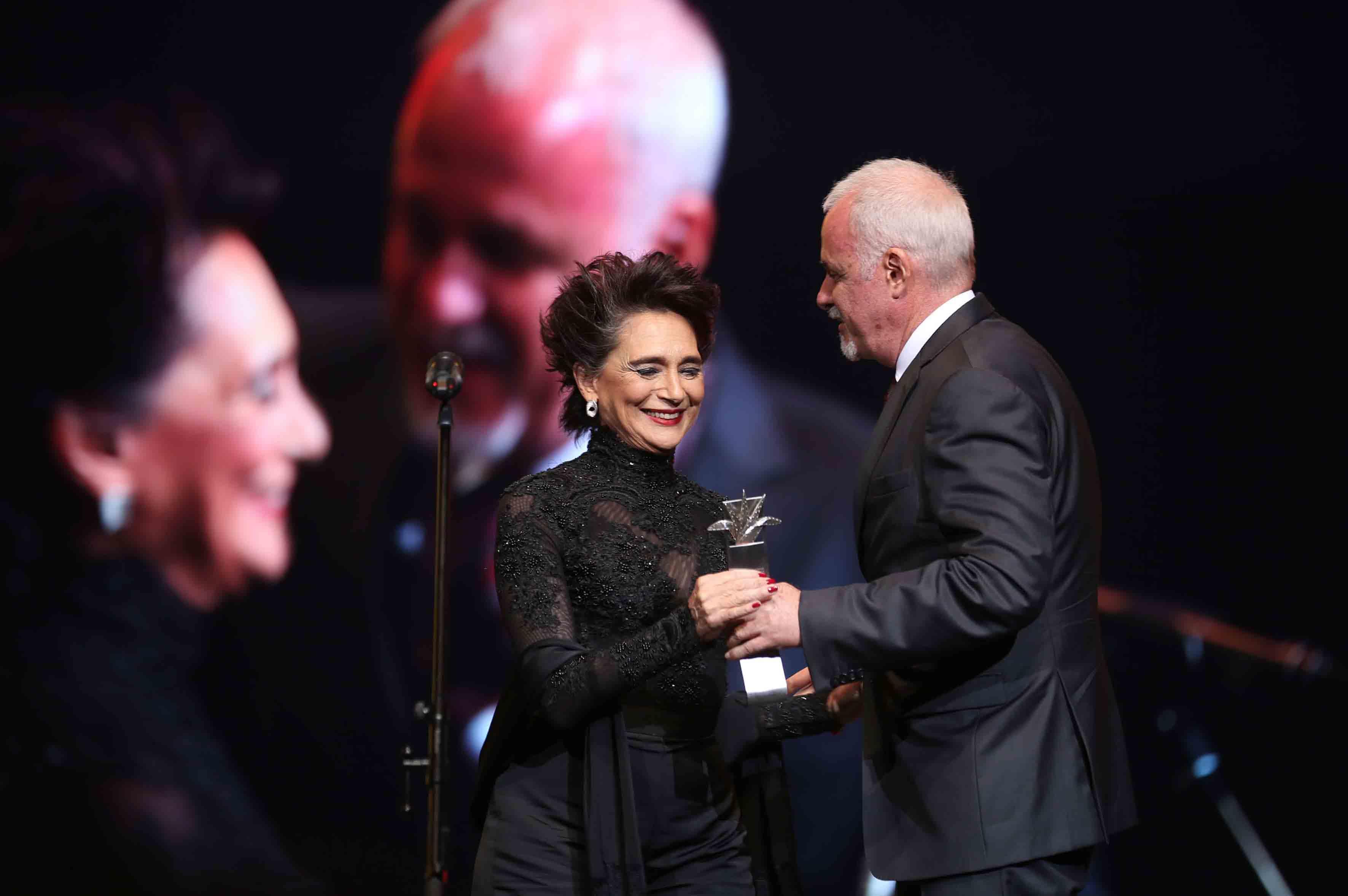 Raúl Padilla López, presidente del Festival Internacional del Cine en Guadalajara, entregando el premio Mayahuel de Plata a la actriz mexicana, Ofelia Medina.