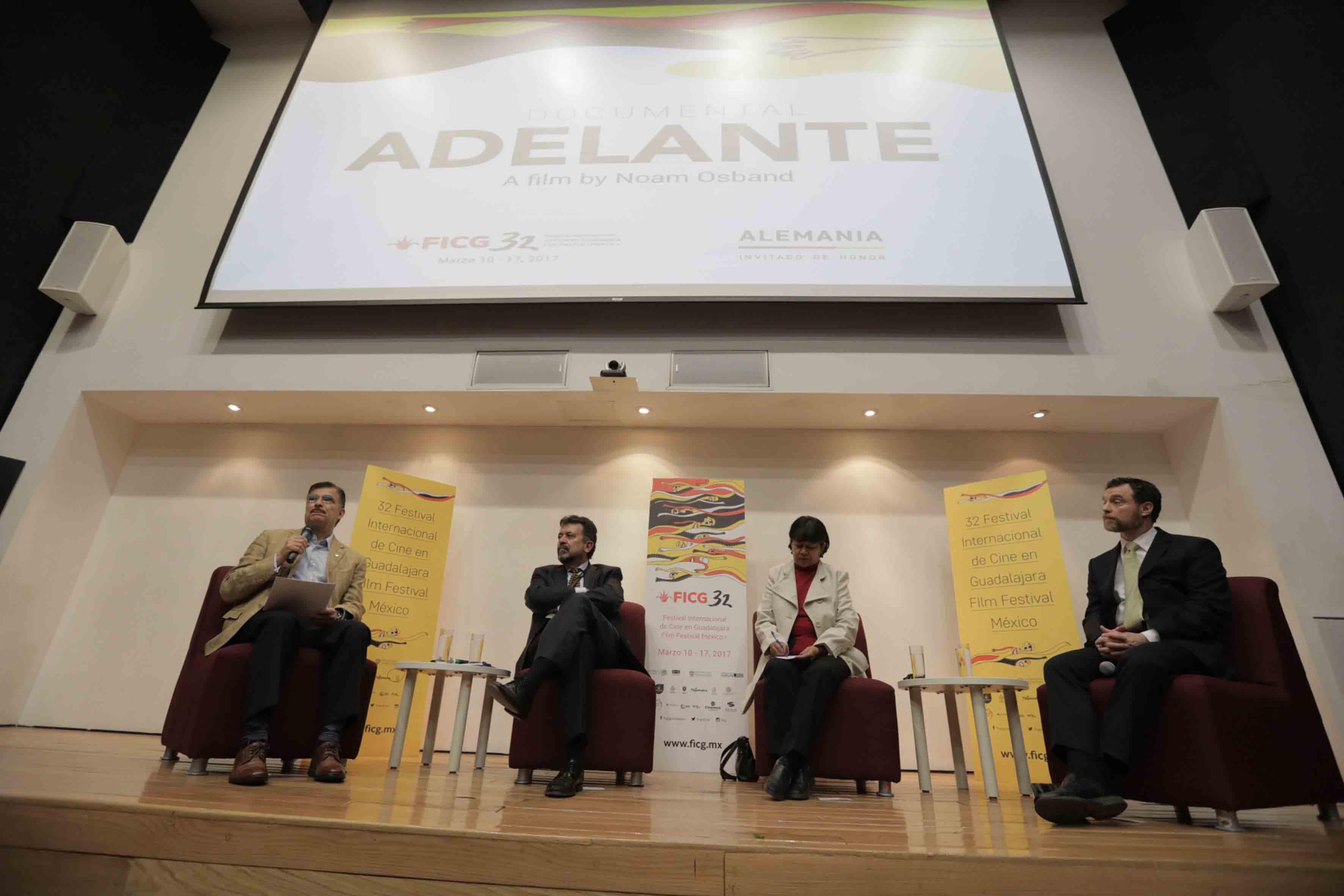 """Mesa de diálogo sobre el documental """"Adelante"""" llevada a cabo en la Biblioteca Pública del Estado """"Juan José Arreola"""", dentro del Festival Internacional del Cine en Guadalajara."""