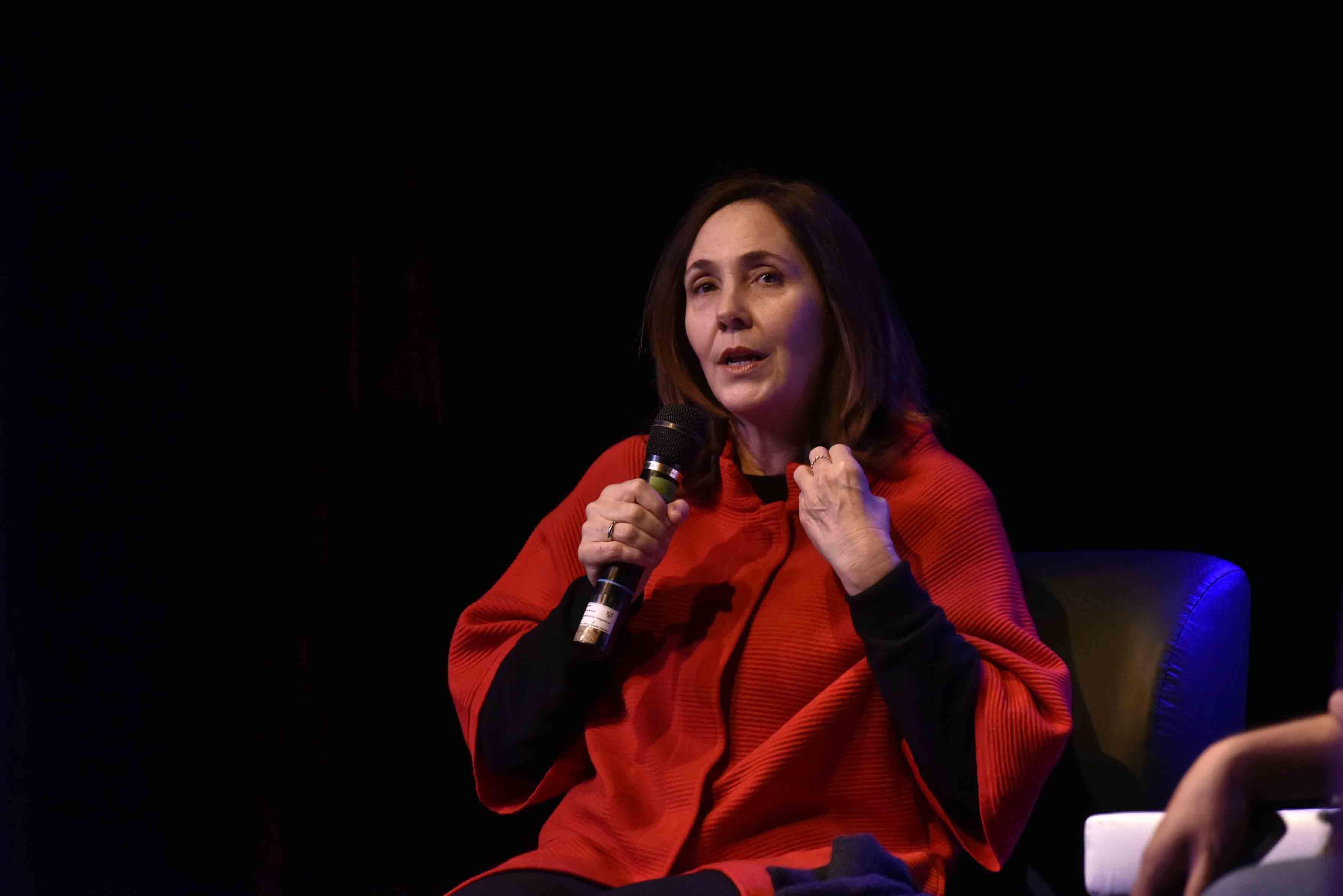 Mariela Castro Espín, cubana política y sexóloga, con micrófono en mano, haciendo uso de la voz.