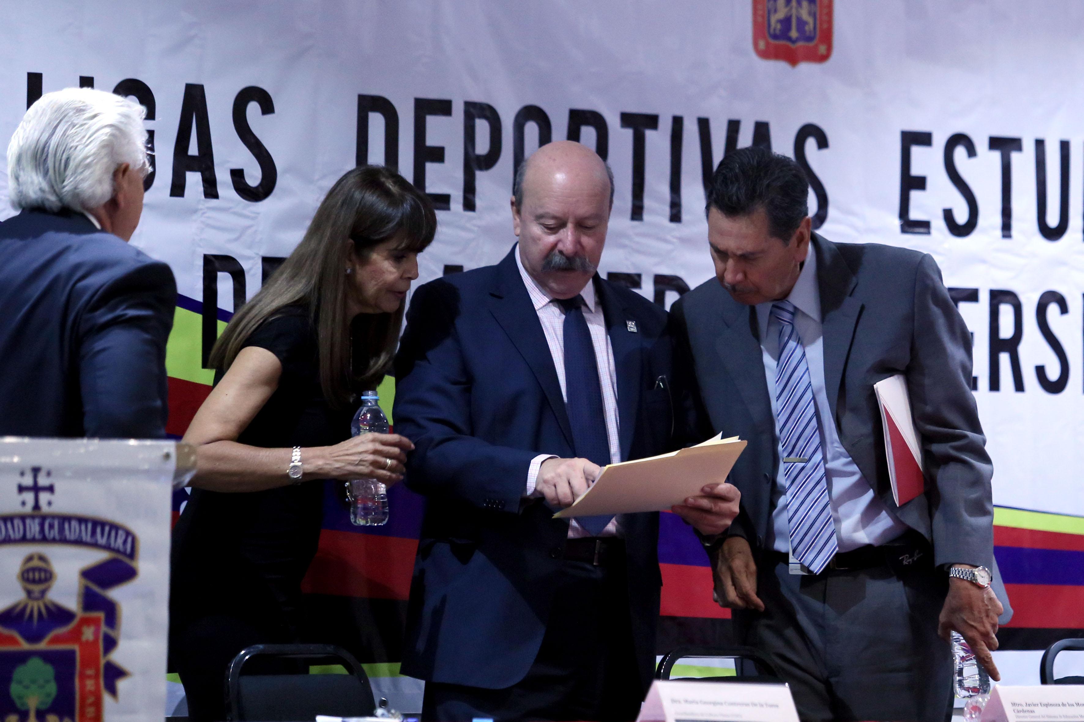 Director del SEMS, maestro Javier Espinoza de los Monteros Cárdenas y la titular de la Coordinación de Cultura Física, doctora Georgina Contreras de la Torre