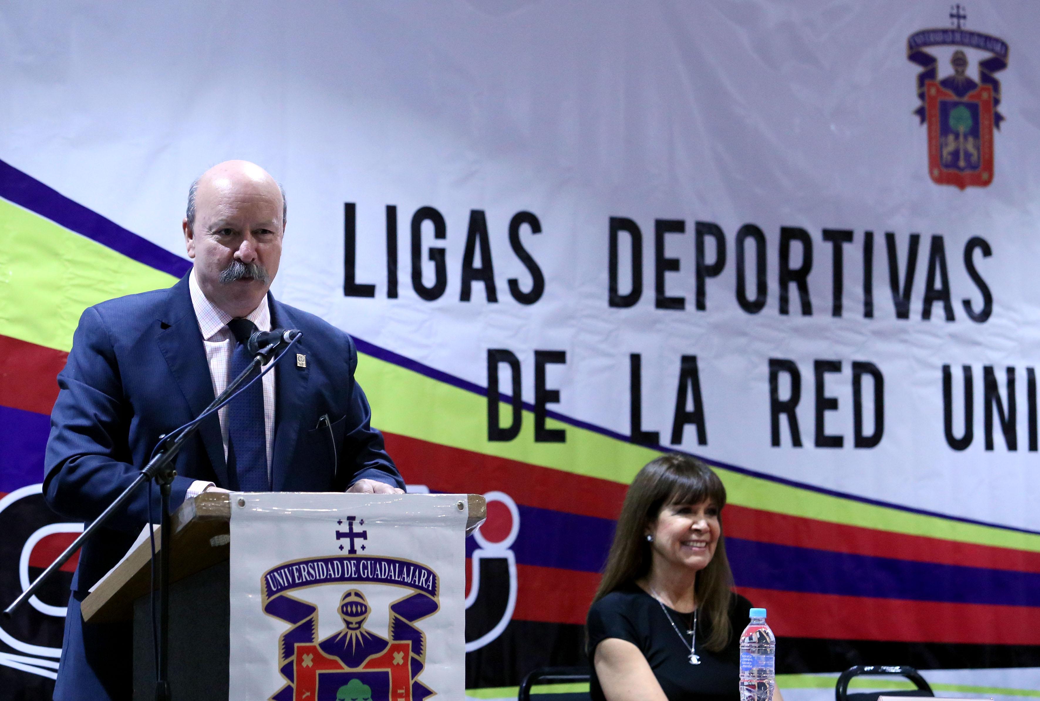 Director del SEMS, maestro Javier Espinoza de los Monteros Cárdenas, haciendo uso de la voz