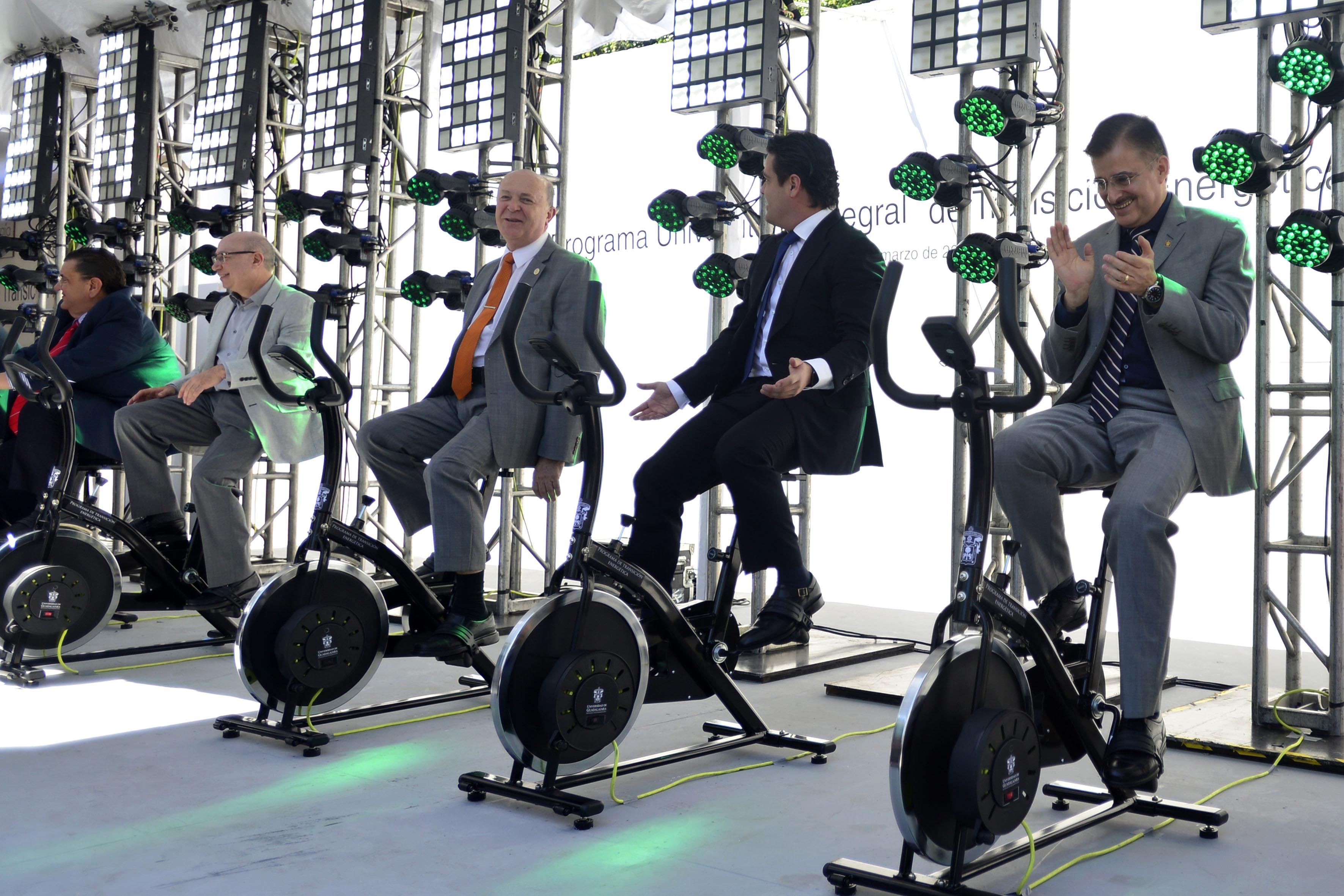 Autoridades de la Universidad de Guadalajara y del Poder Ejecutivo de Jalisco, utilizando las bicicletas generadoras de electricidad, en el marco del Programa Universitario Integral de Transición Energética (PUITE).