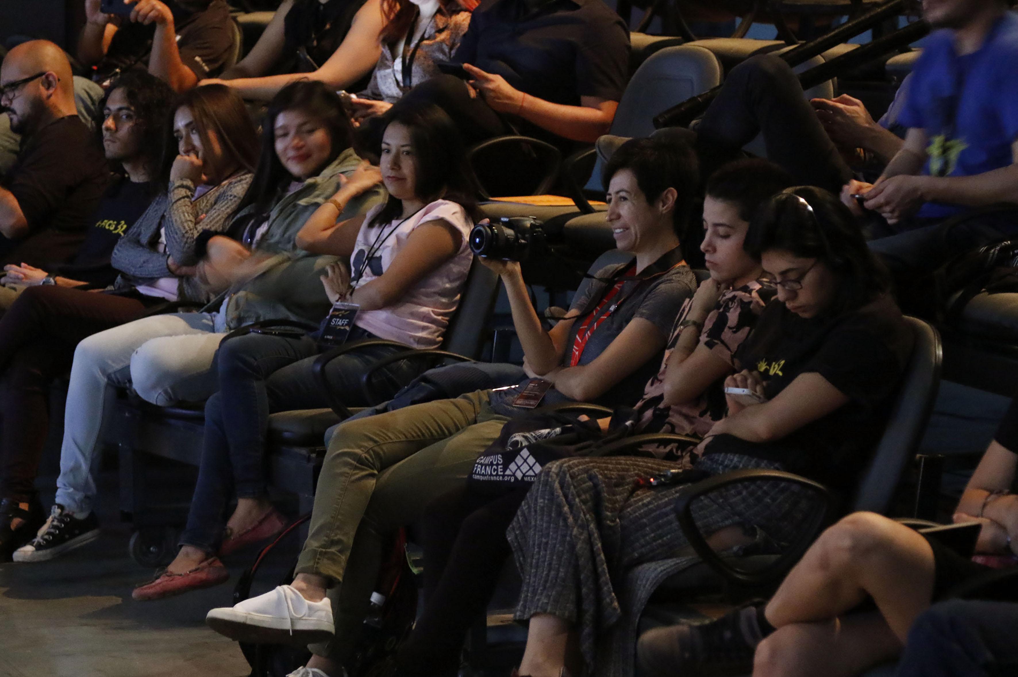 Vista panorámica del público asistente a la mesa de diálogo.
