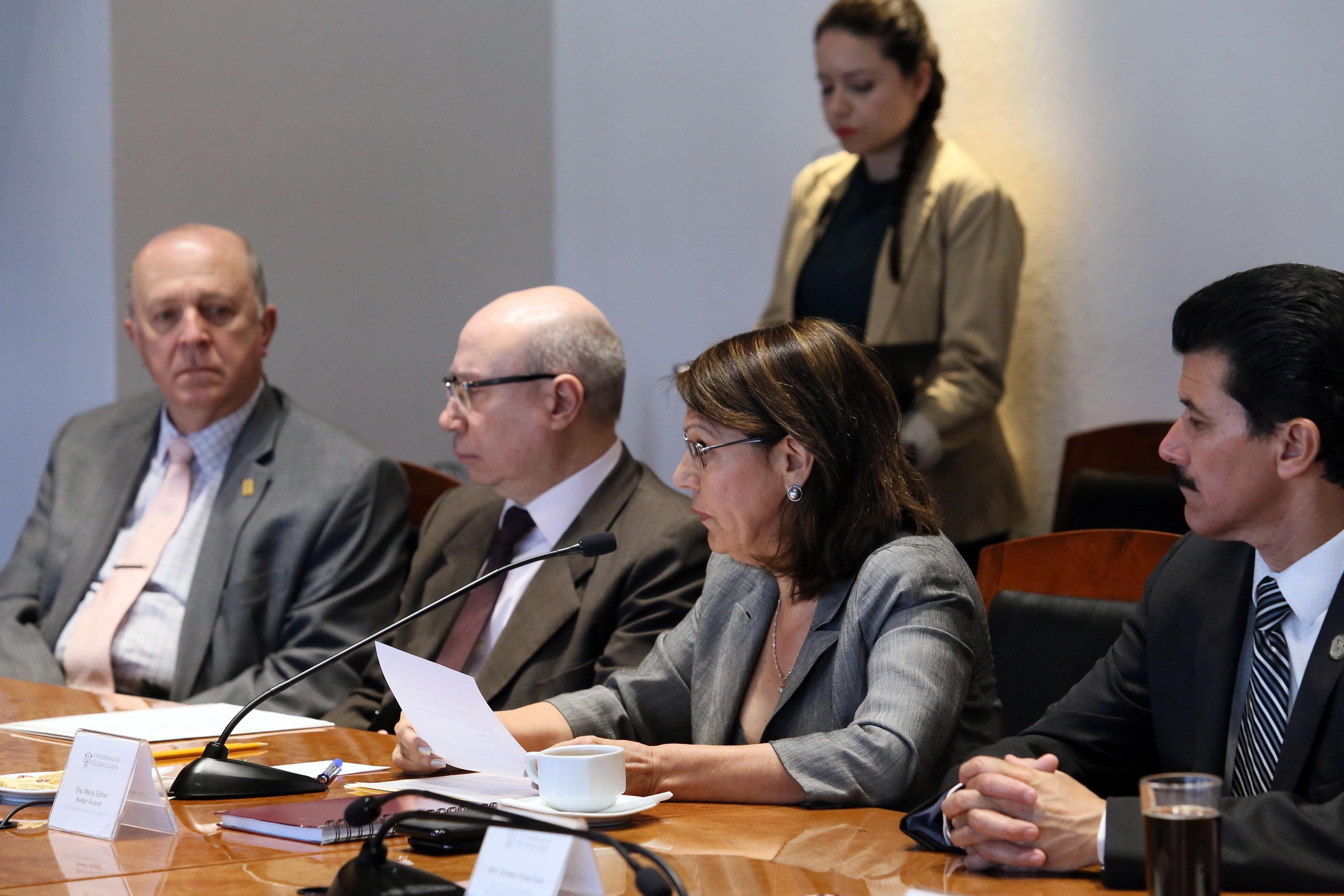 Rectora del Sistema de Universidad Virtual, doctora María Esther Avelar Álvarez; con papel en mano y micrófono en mesa de discusión, haciendo uso dela palabra.
