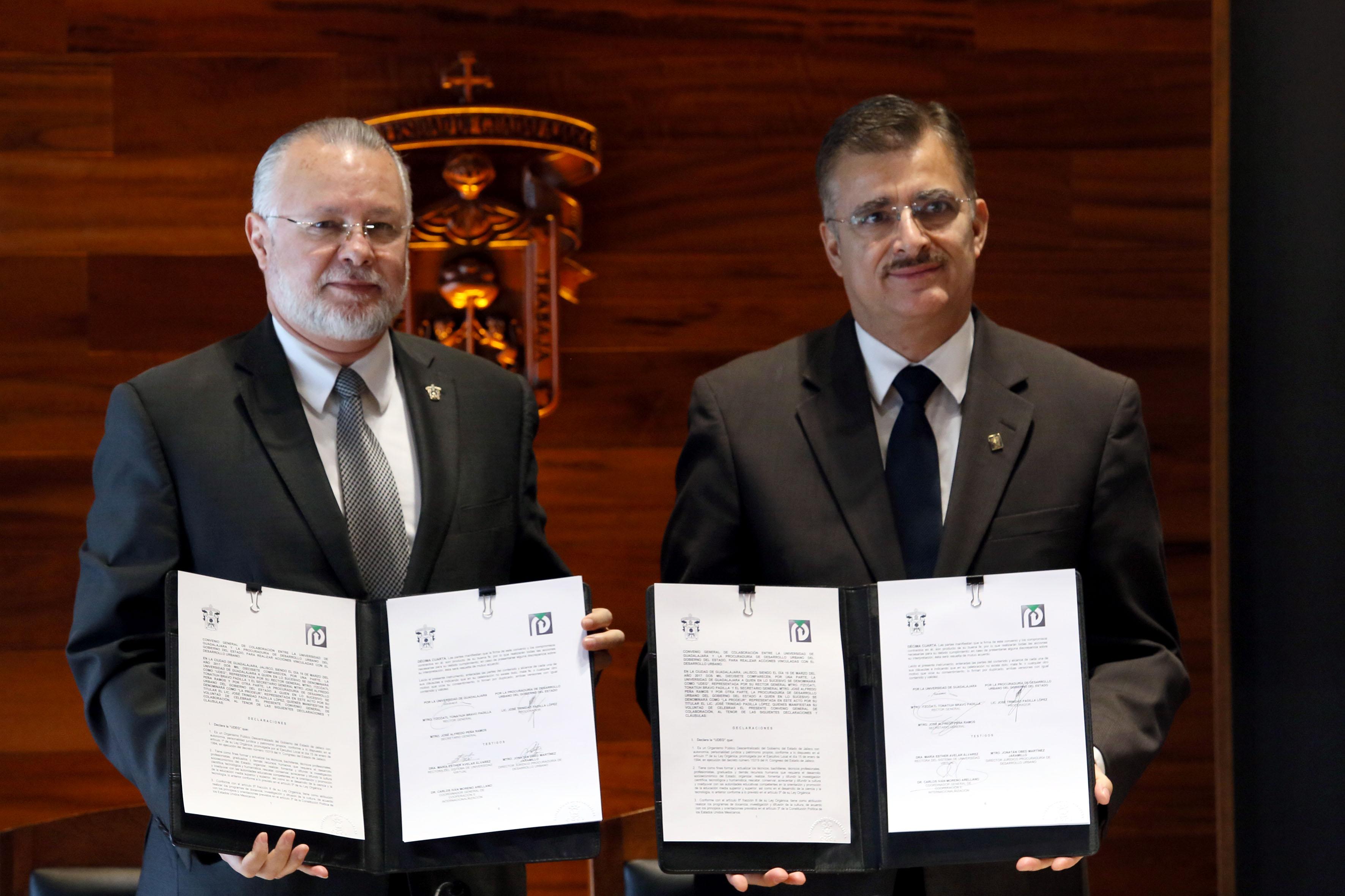 Rector General de la UdeG y  titular del Prodeur, mostrando el convenio de colaboración firmado.