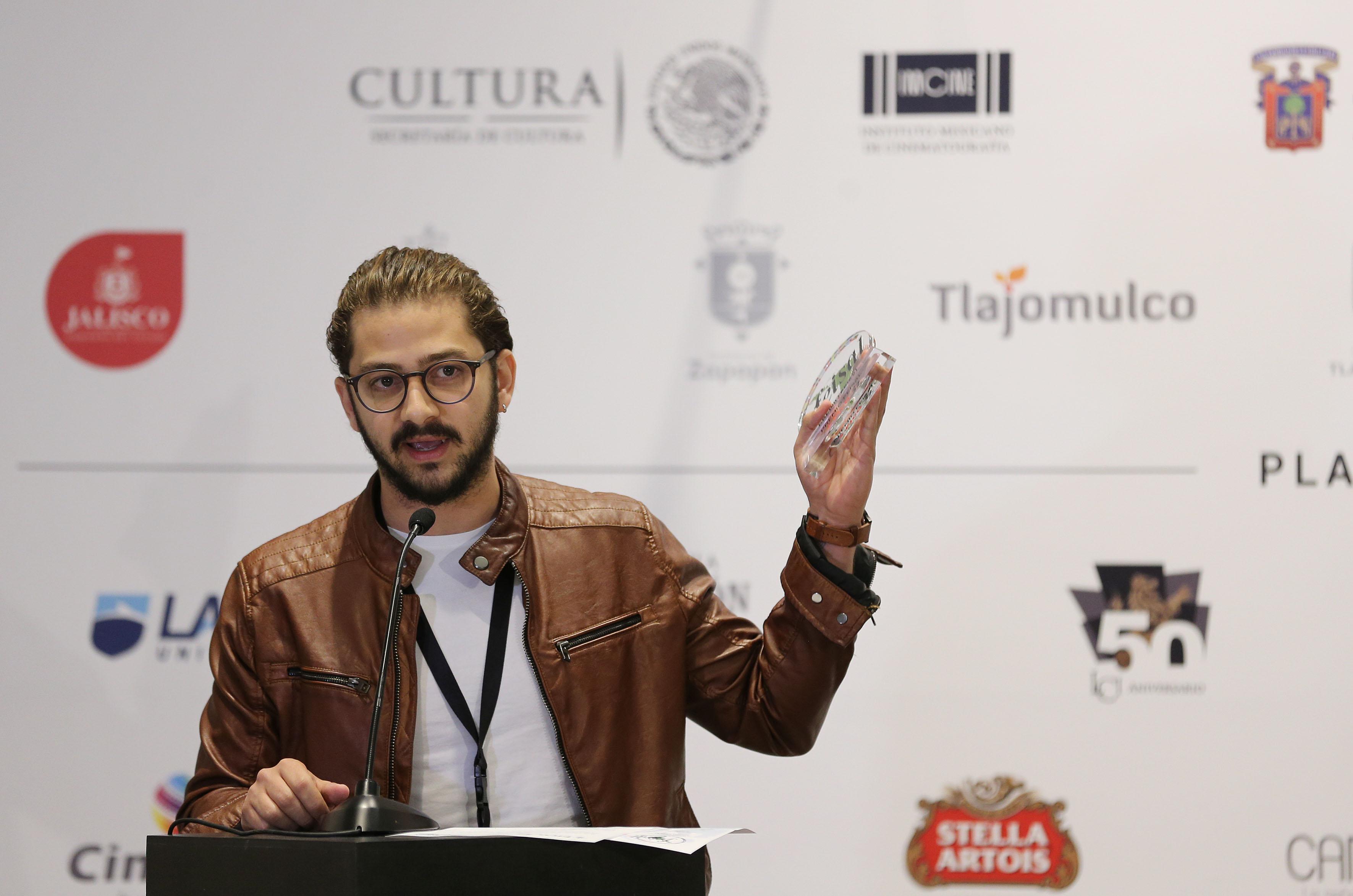 El director José María Cabral, haciendo uso de la palabra al recibir el Premio Maestro Goldenblank otorgado por la FEISAL.