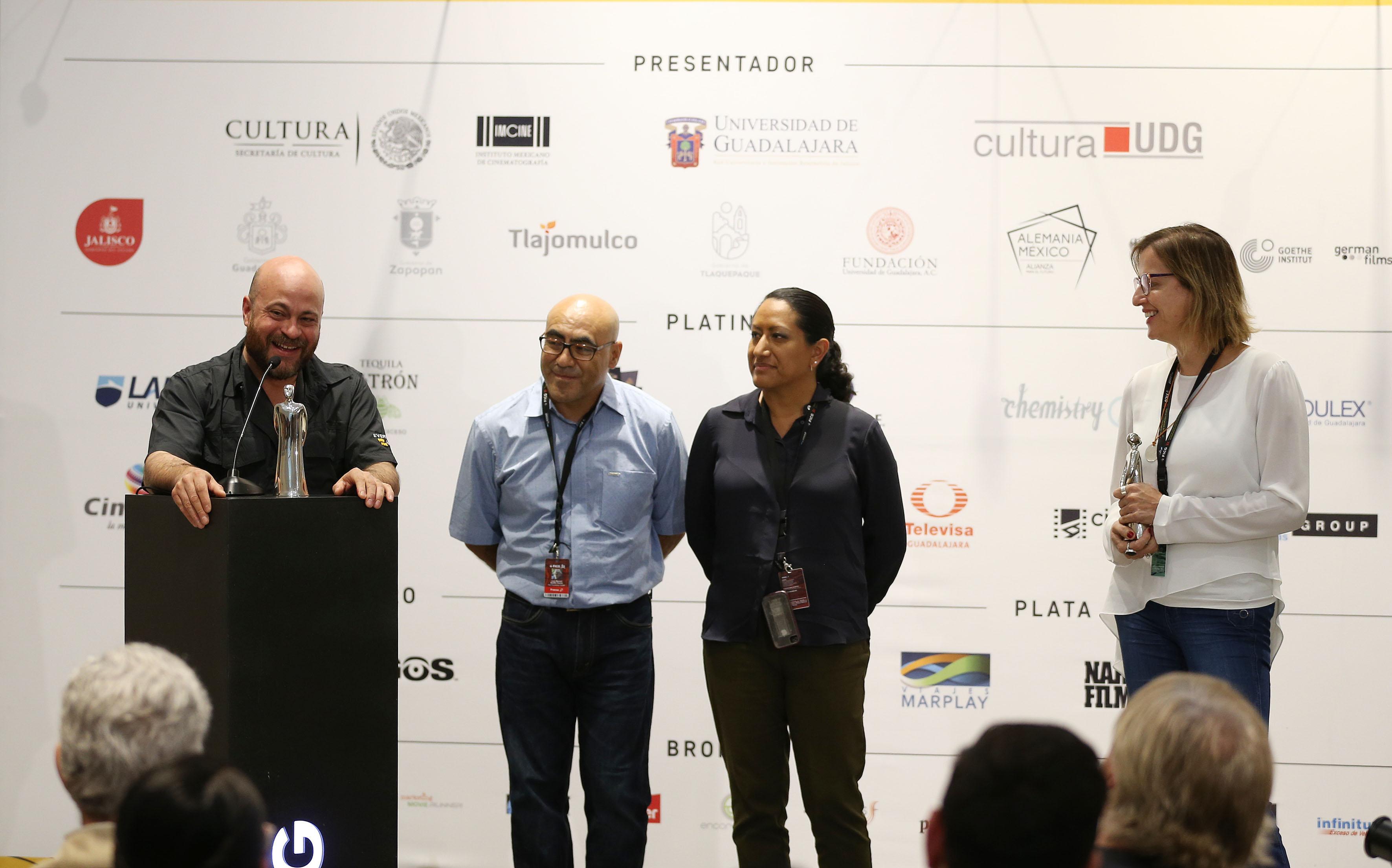 El director Everardo González, haciendo uso de la palabra al recibir el premio Guerreros de la Prensa, como Mejor Documental Mexicano, La libertad del diablo.