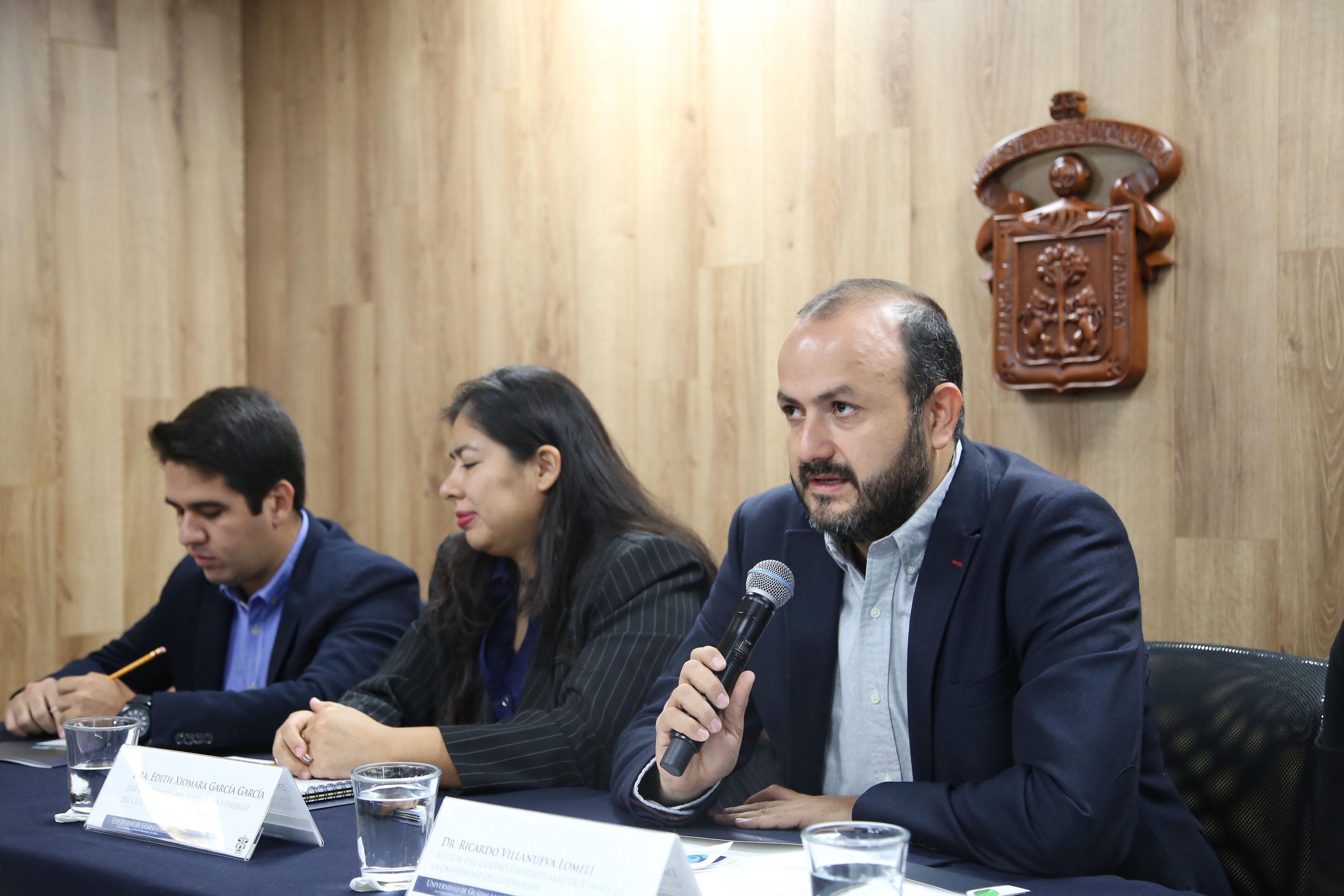 El Rector del CUTONALÁ, doctor Ricardo Villanueva Lomelí, con micrófono en mano, haciendo uso de la palabra.