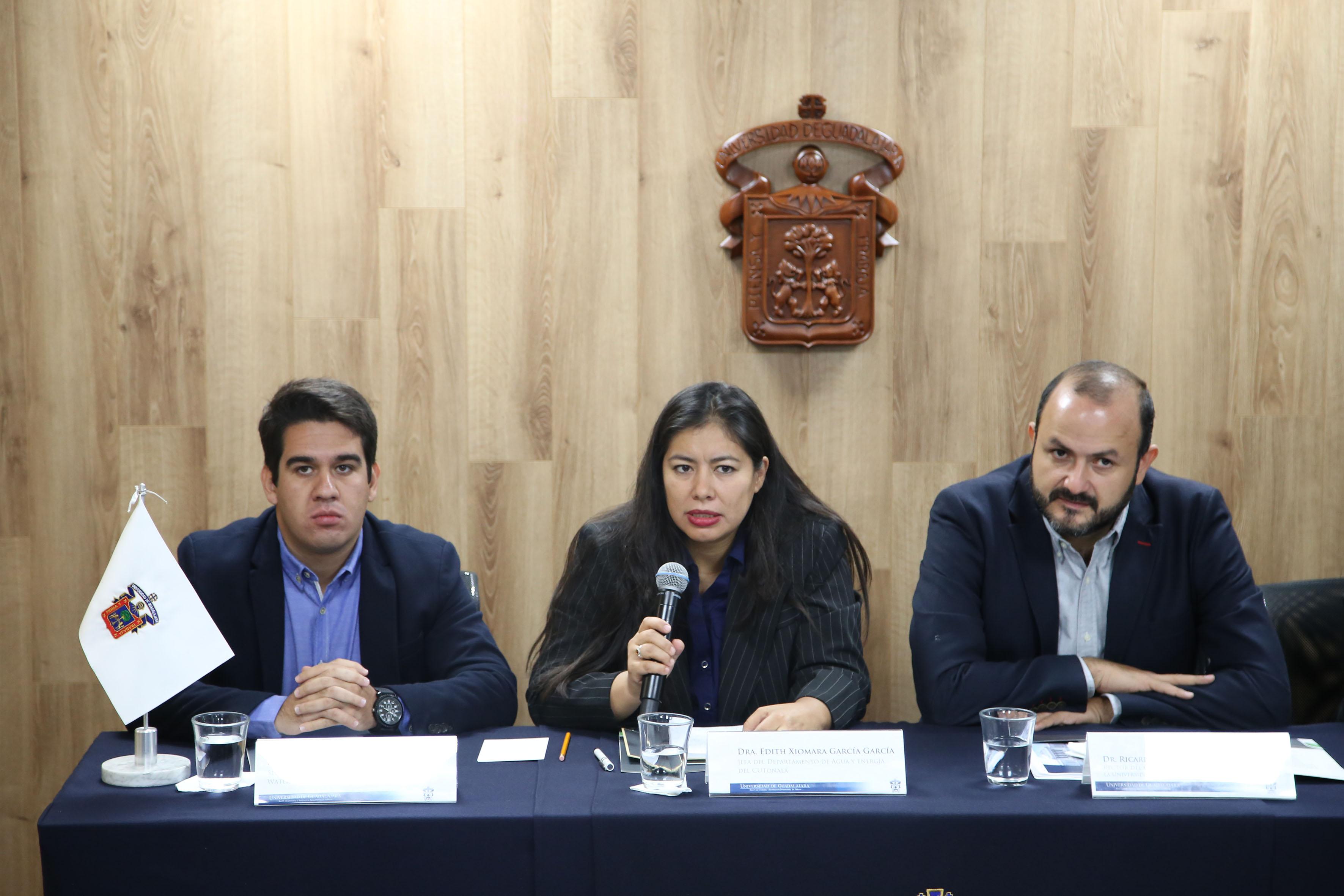 Doctora Edith Xiomara García, jefa del Departamento de Agua y Energía del CUTonalá, con micrófono en mano haciendo uso de la palabra.