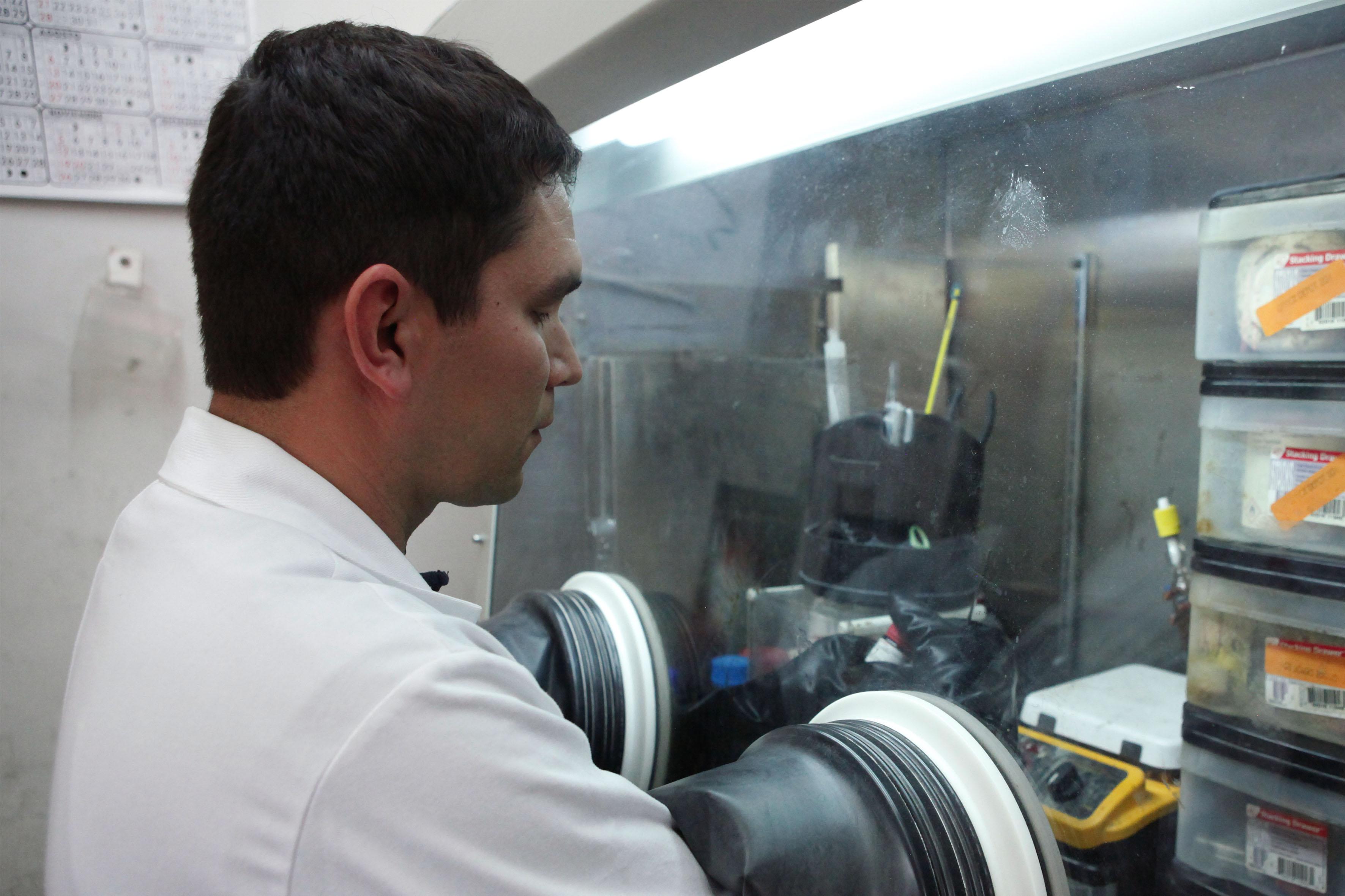 Investigador analizando muestras, en el laboratorio de policarbonato transparente de plexiglás.