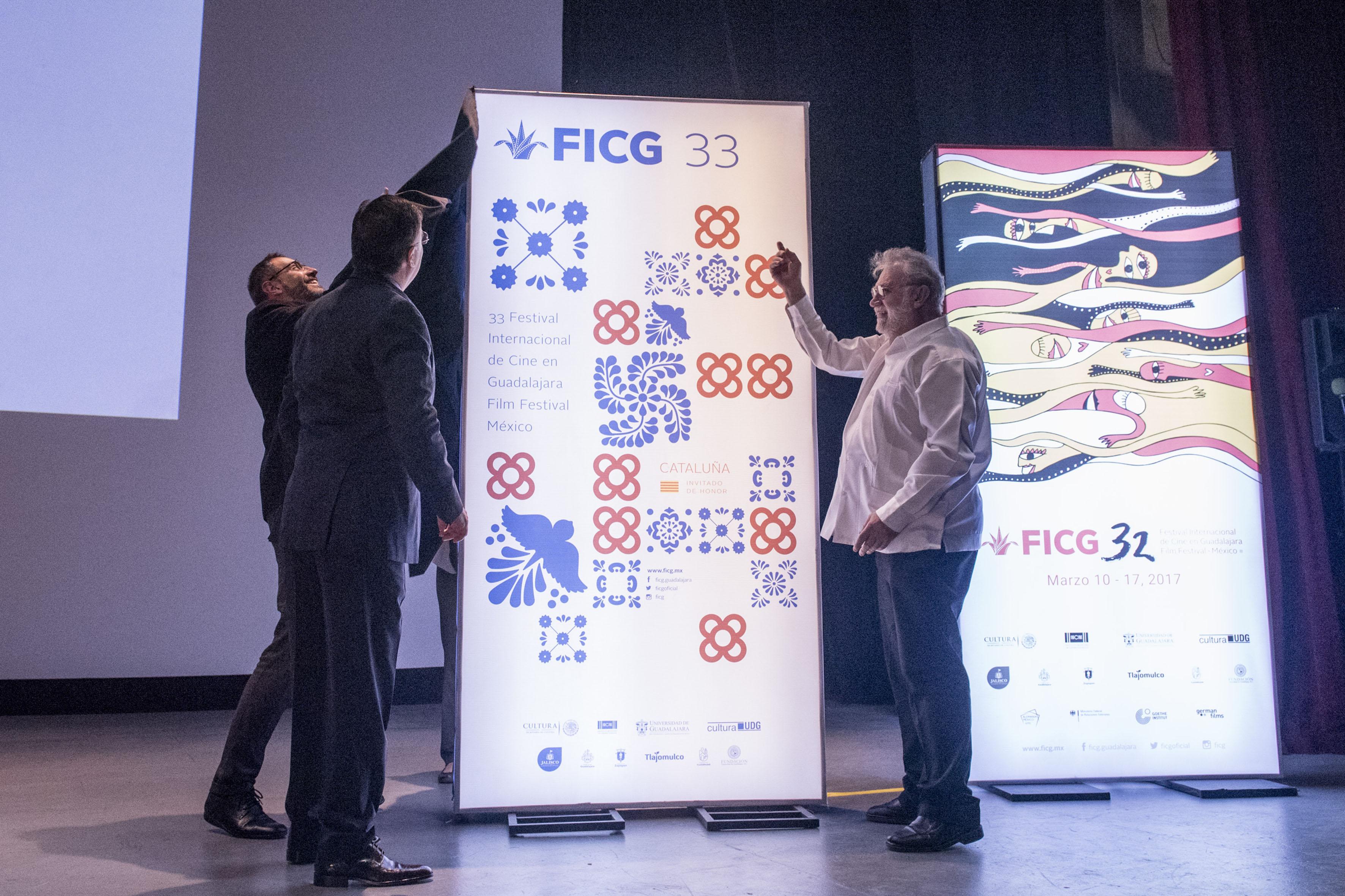 El director del Instituto Ramón Llull de Cataluña, el Rector general de la Universidad de Guadalajara  y el presidente general de la FICG; develando el cartél del FICG33, del invitado de honor para el próximo año.