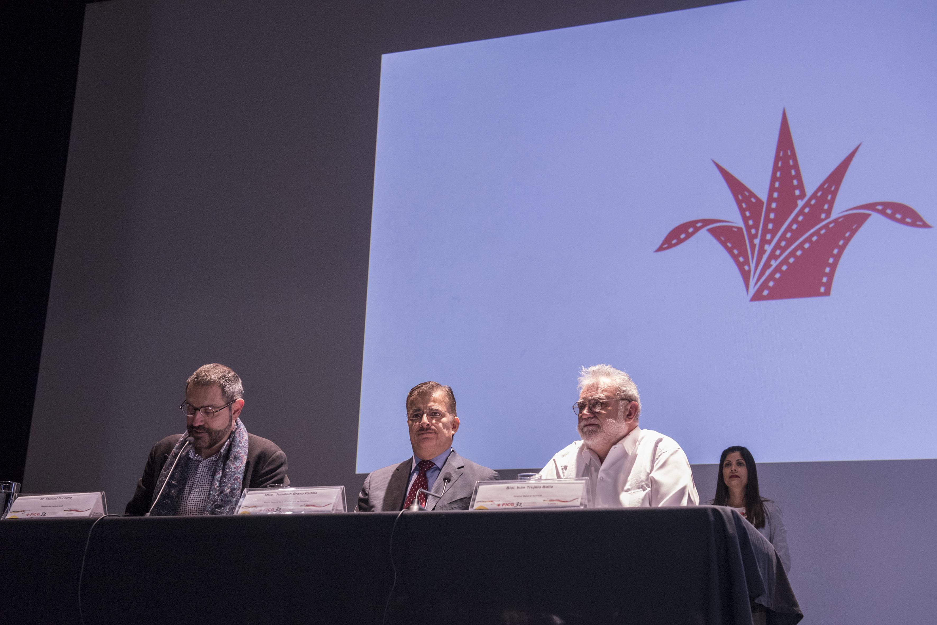 El director del Instituto Ramón Llull de Cataluña, Manuel Forcano; con micrófono en mesa del panel, haciendo uso de la palabra.