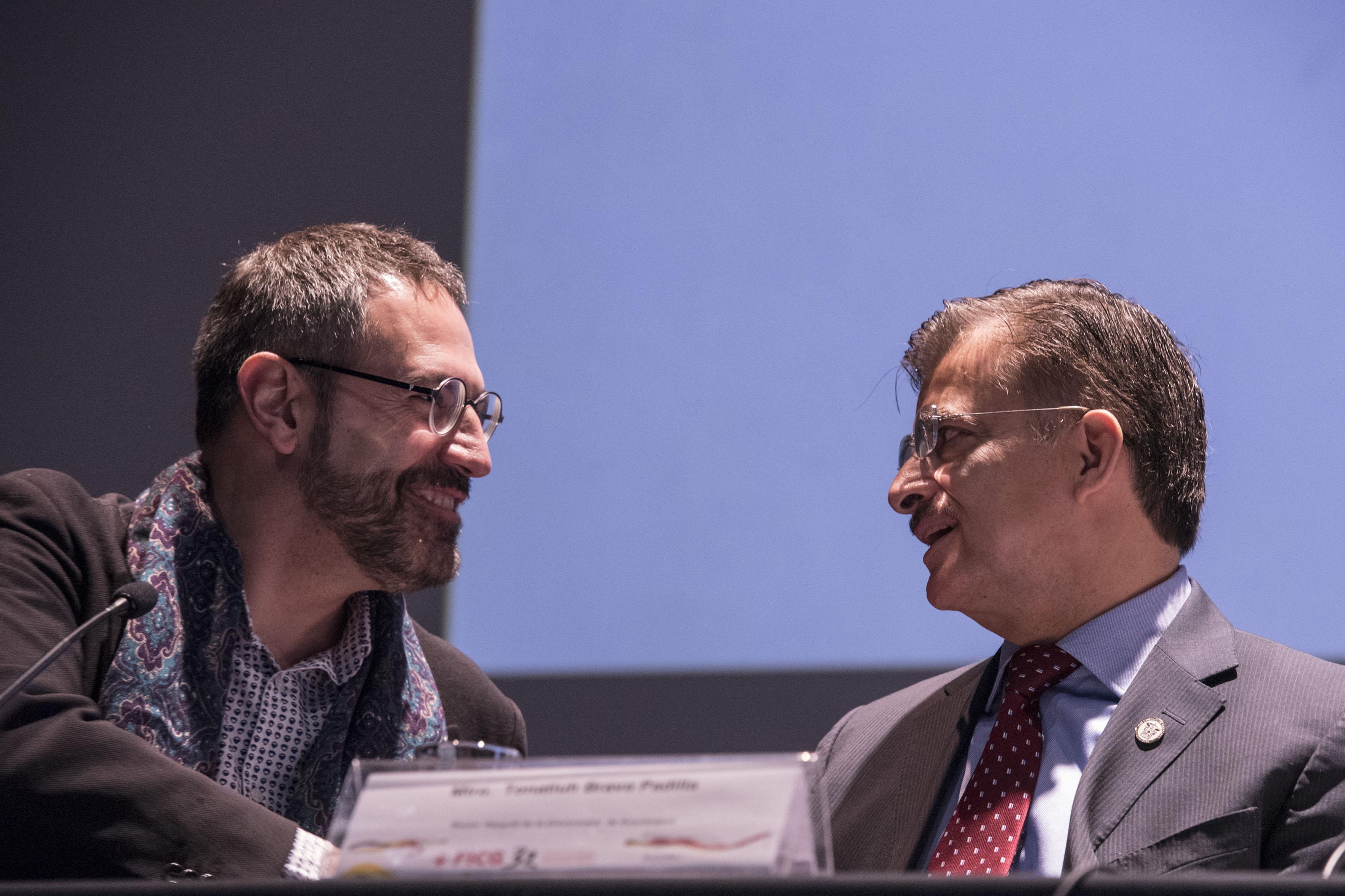 El director del Instituto Ramón Llull de Cataluña, Manuel Forcano; agradeciendo con un apretón de manos al Rector General de la Universidad de Guadalajara, maestro Itzcóatl Tonatiuh Bravo Padilla.