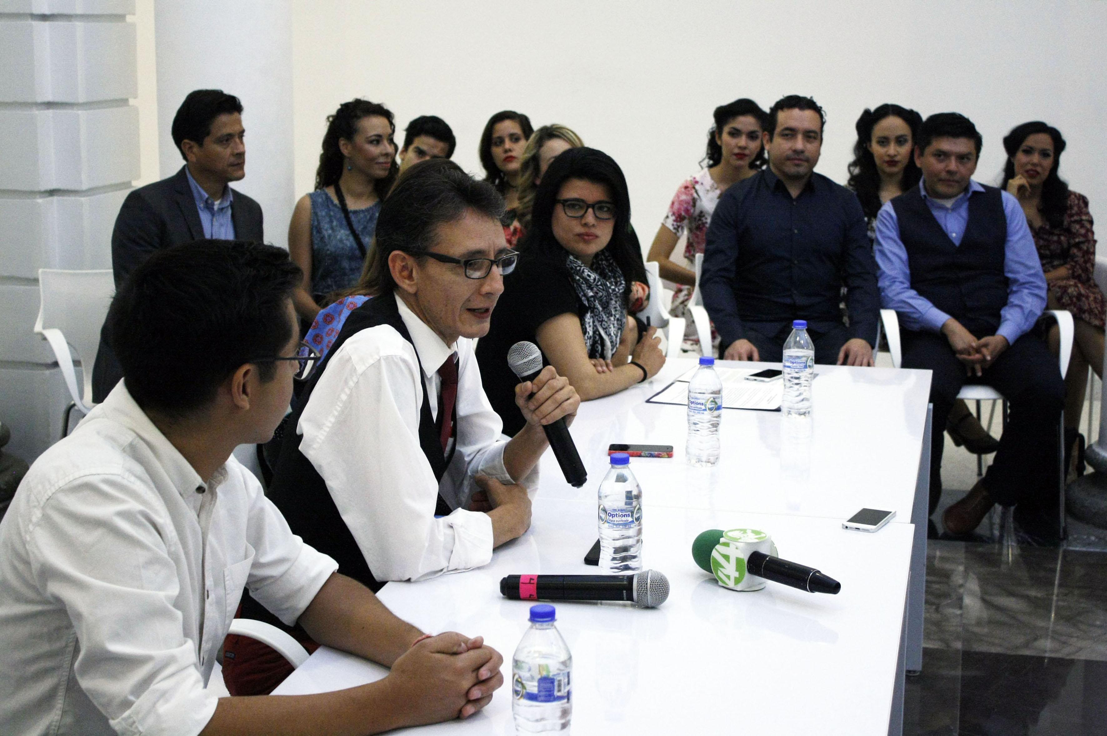 Director de teatro Mauricio Cedeño haciendo uso de la palabra